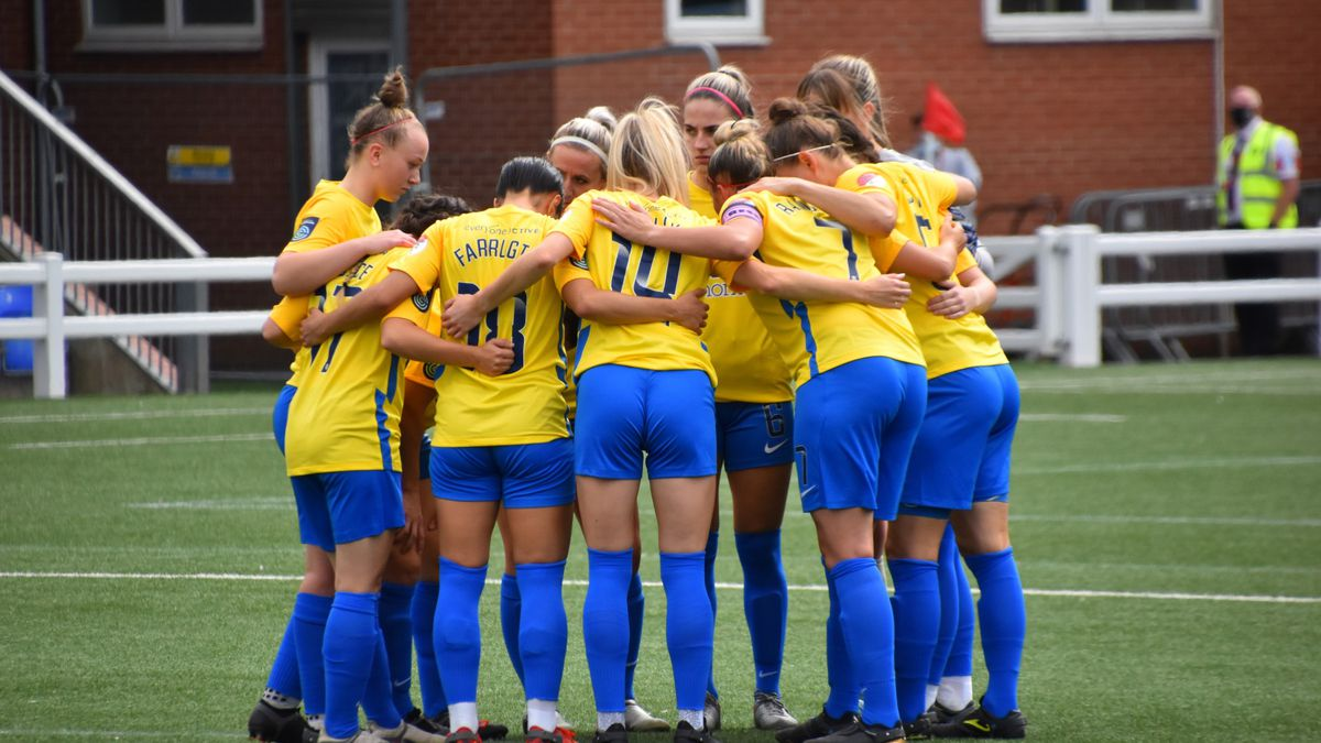 Sunderland Ladies players form a huddle before their game with Coventry United on 29 August 2021