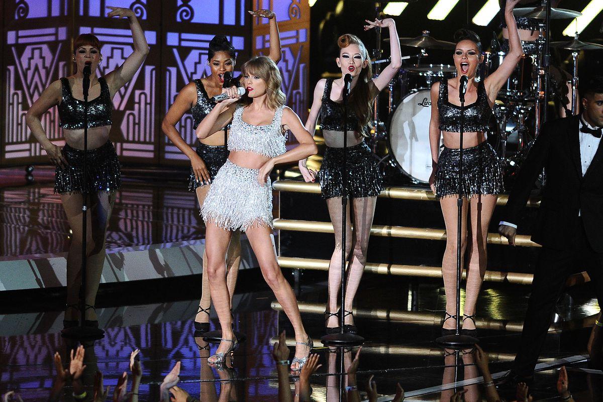 Taylor Swift performs Shake It Off at the VMAs
