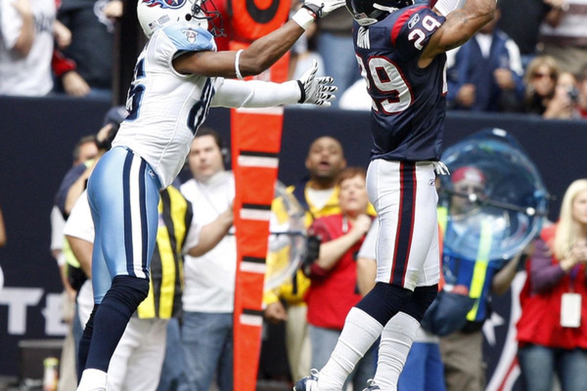 HOUSTON - NOVEMBER 28:  Cornerbacl Glover Quin #29 of the Houston Texans intercepts a ball meant for wide recever Nate Washington #85 of the Tennessee Tians at Reliant Stadium on November 28 2010 in Houston Texas.  (Photo by Bob Levey/Getty Images)