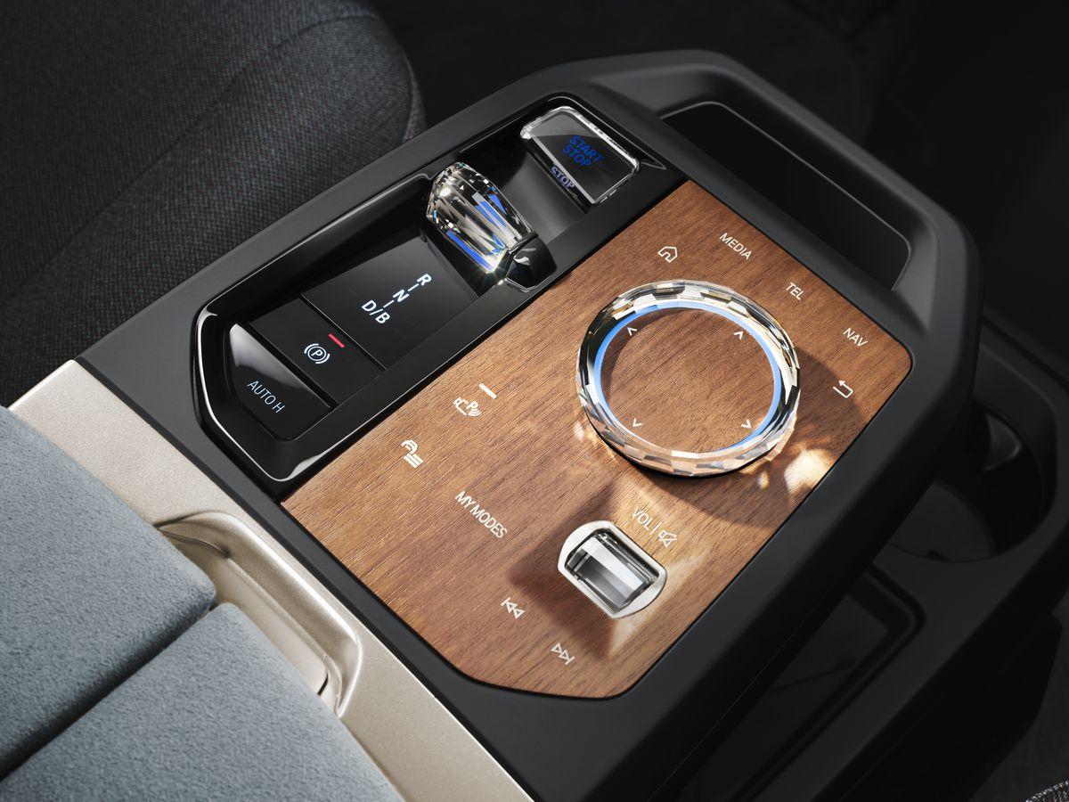 BMW lança seu novo carro-chefe iX SUV elétrico com 300 milhas de alcance 8