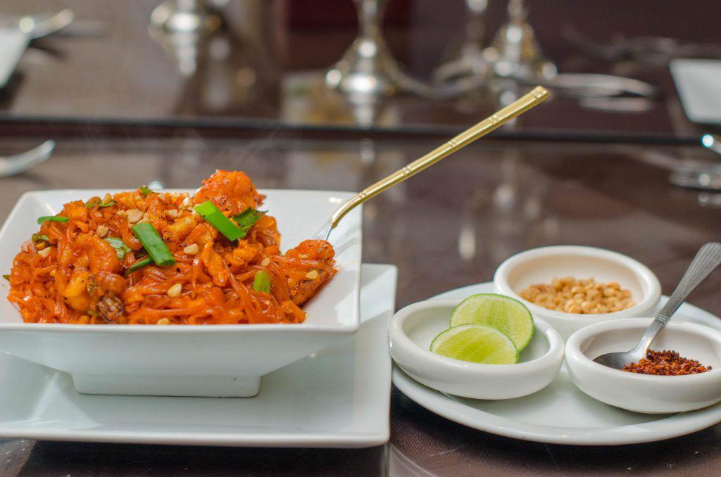 白色盘用明亮的橙色食物和装饰。
