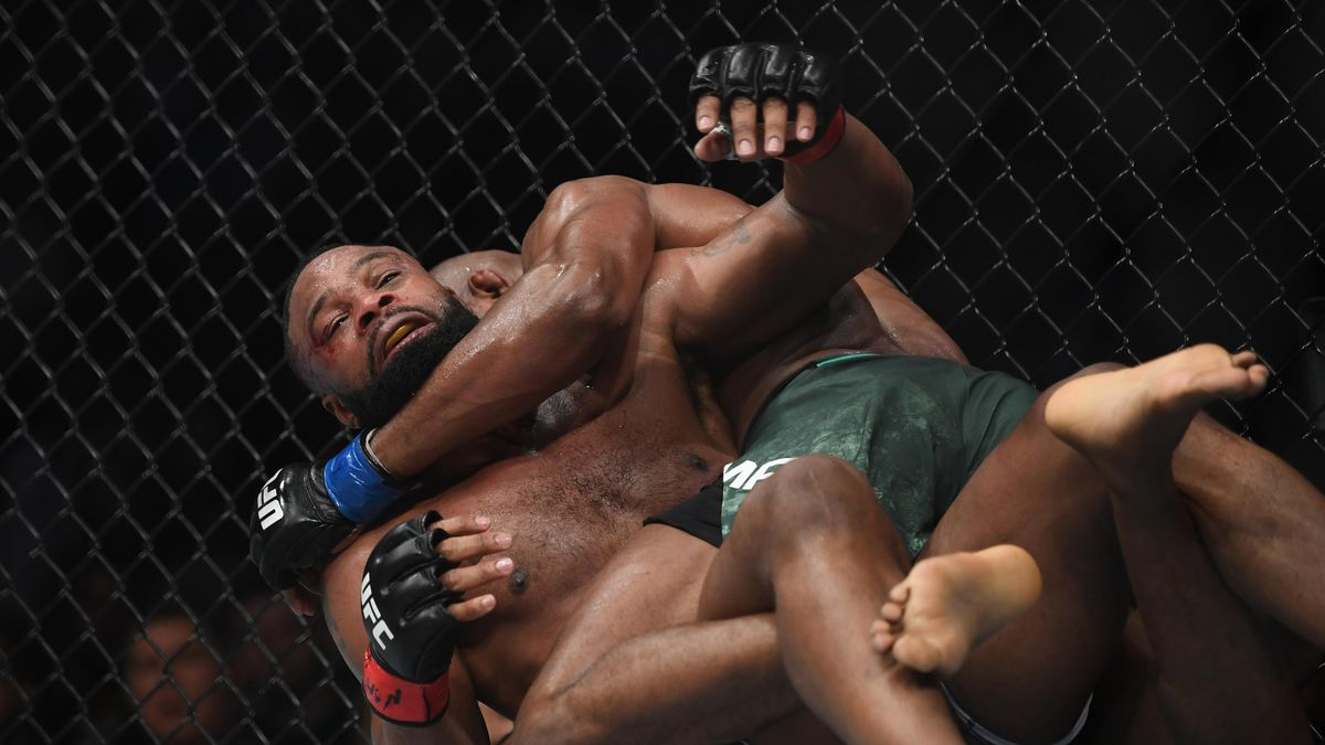 Tyron Woodley struggles to escape the grappling game of Kamaru Usman at UFC 235.