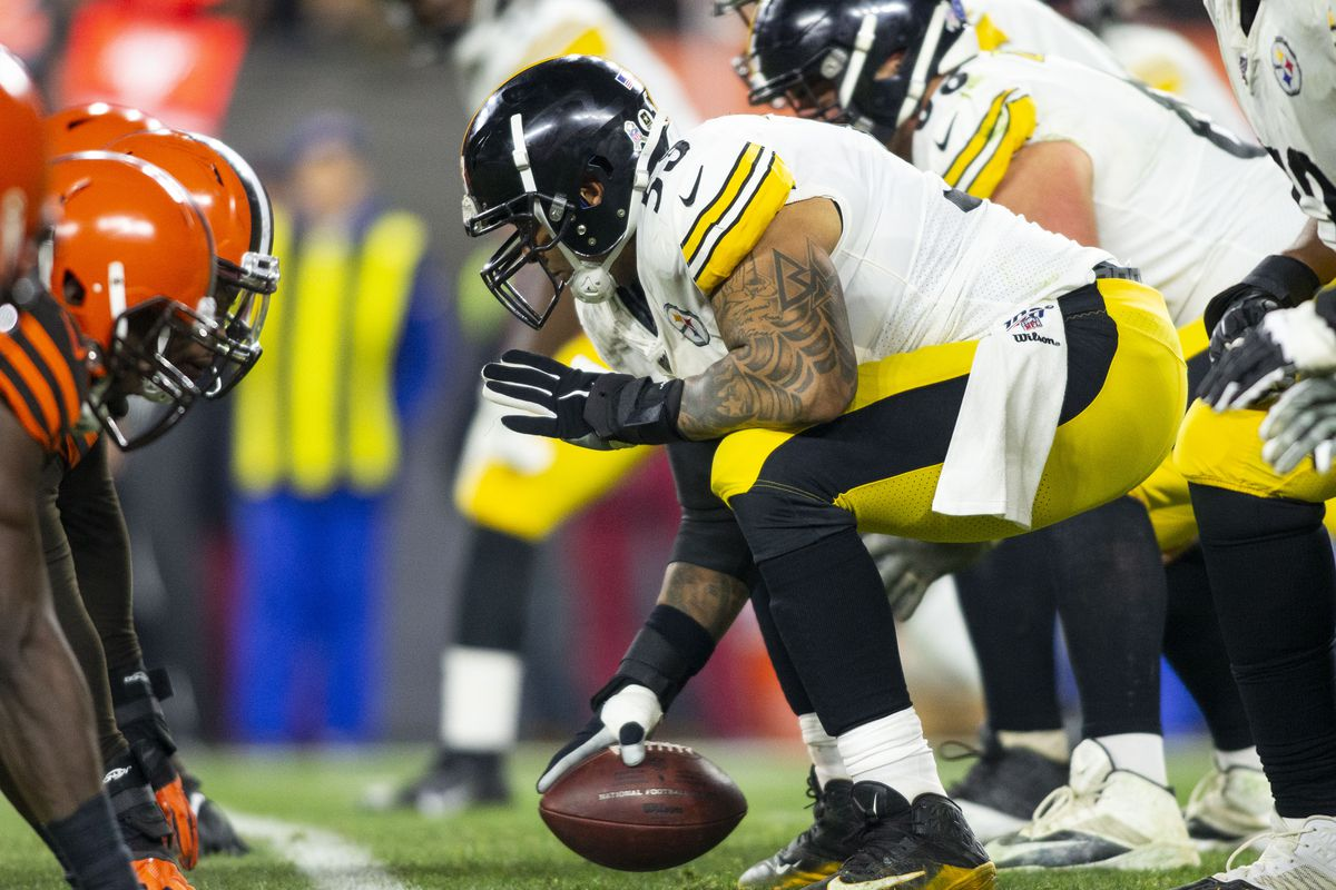 Pittsburgh Steelers center Maurkice Pouncey snaps the ball against the Cleveland Browns during the third quarter at FirstEnergy Stadium.