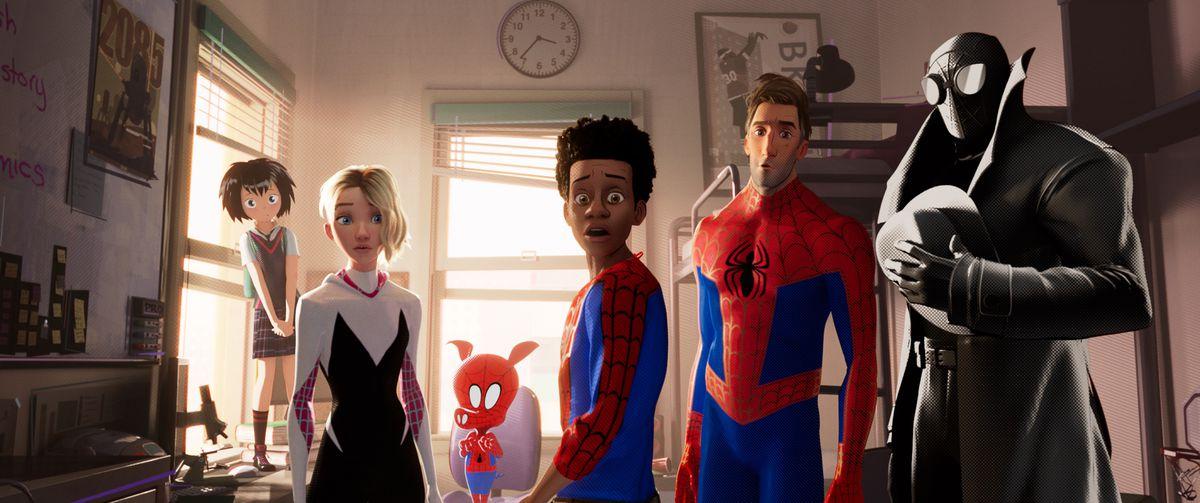 """Пени (Кимико Глен), Спайдър-Гуен (Хайли Щайнфелд), Спайдър-Хам (Джон Мълани), Майлс Моралес (Шамейк Мур), Питър Паркър (Джейк Джонсън), Спайдърмен Ноар (Николяс) Клетка) в """"Спайдър-човекът на Sony Pictures Animation: IN THE SPIDER-VERSE"""""""