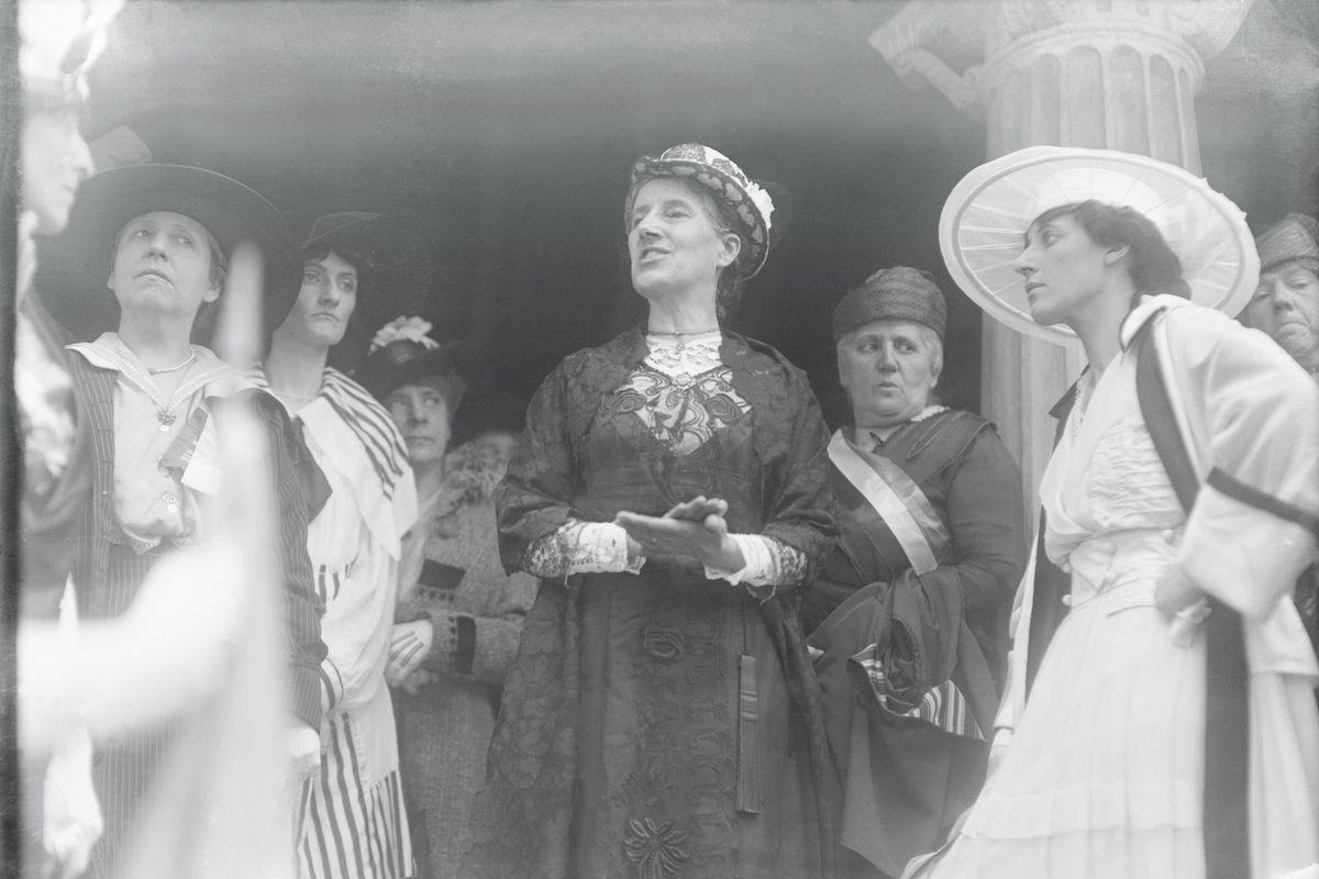 (شارلوت بيركنز جيلمان-Charlotte Perkins Gilman) ناشطة نسوية من أواخر القرن التاسع عشر وأوائل القرن العشرين روجت للهندسة المعمارية الجديدة للنهوض بالمرأة في المجتمع.