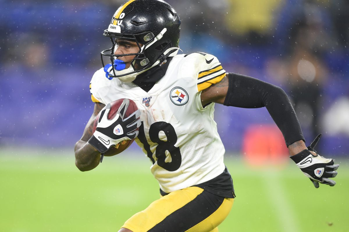 Pittsburgh Steelers wide receiver Diontae Johnson runs with the ball in third quarter against the Baltimore Ravens at M&T Bank Stadium.