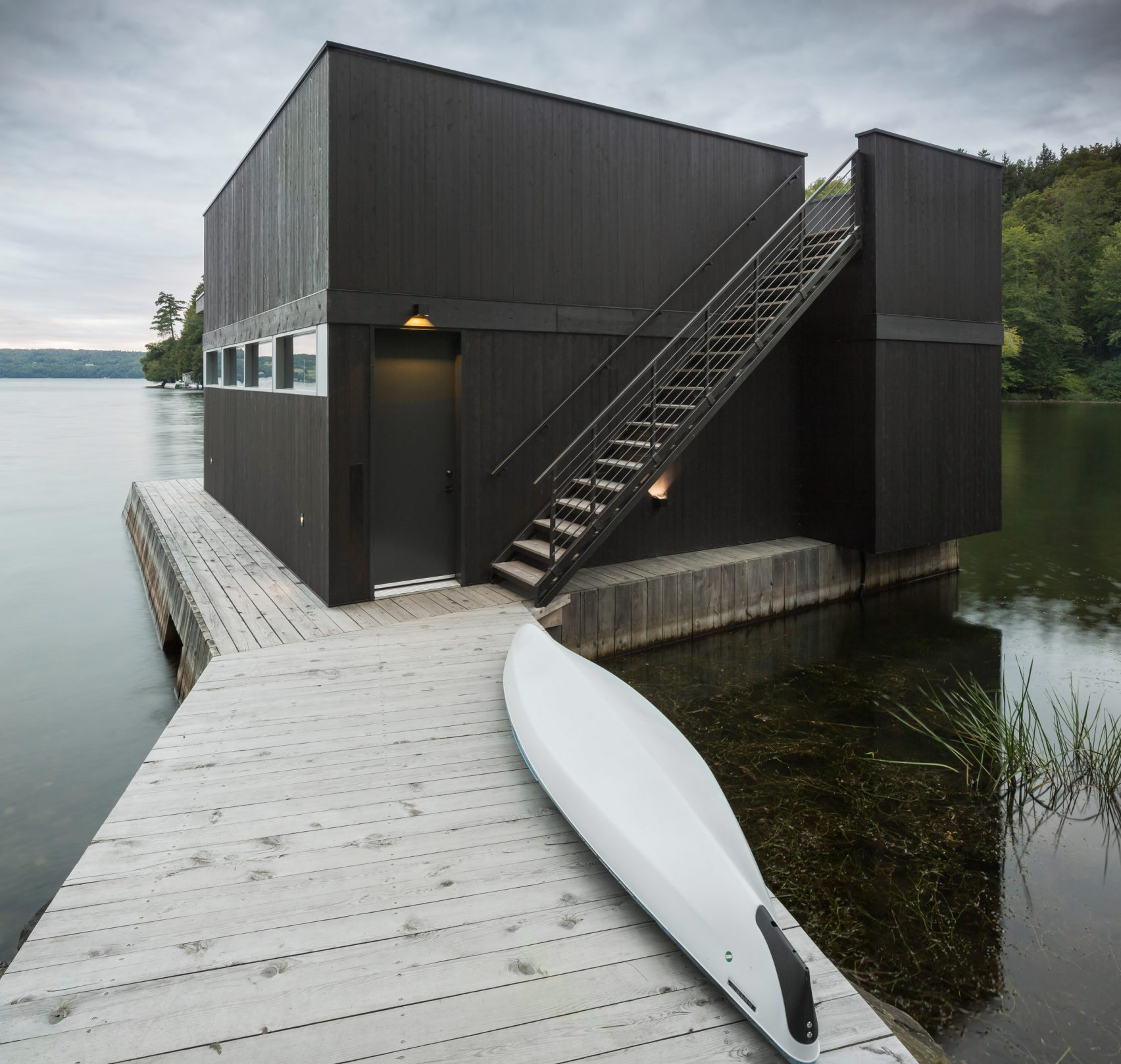 Modern Lake House Architecture: Modern Lakeside Home Comes With A Dashing Boathouse