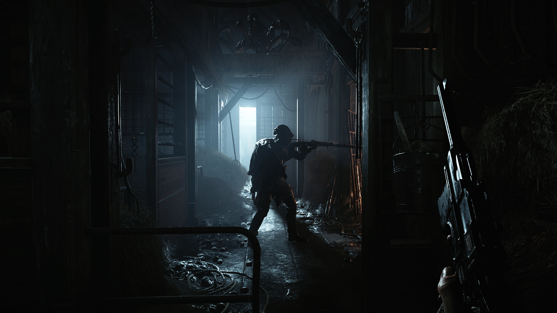Gamers in Hunt: Showdown dawdle fastidiously and quietly by a dimly lit inner home.