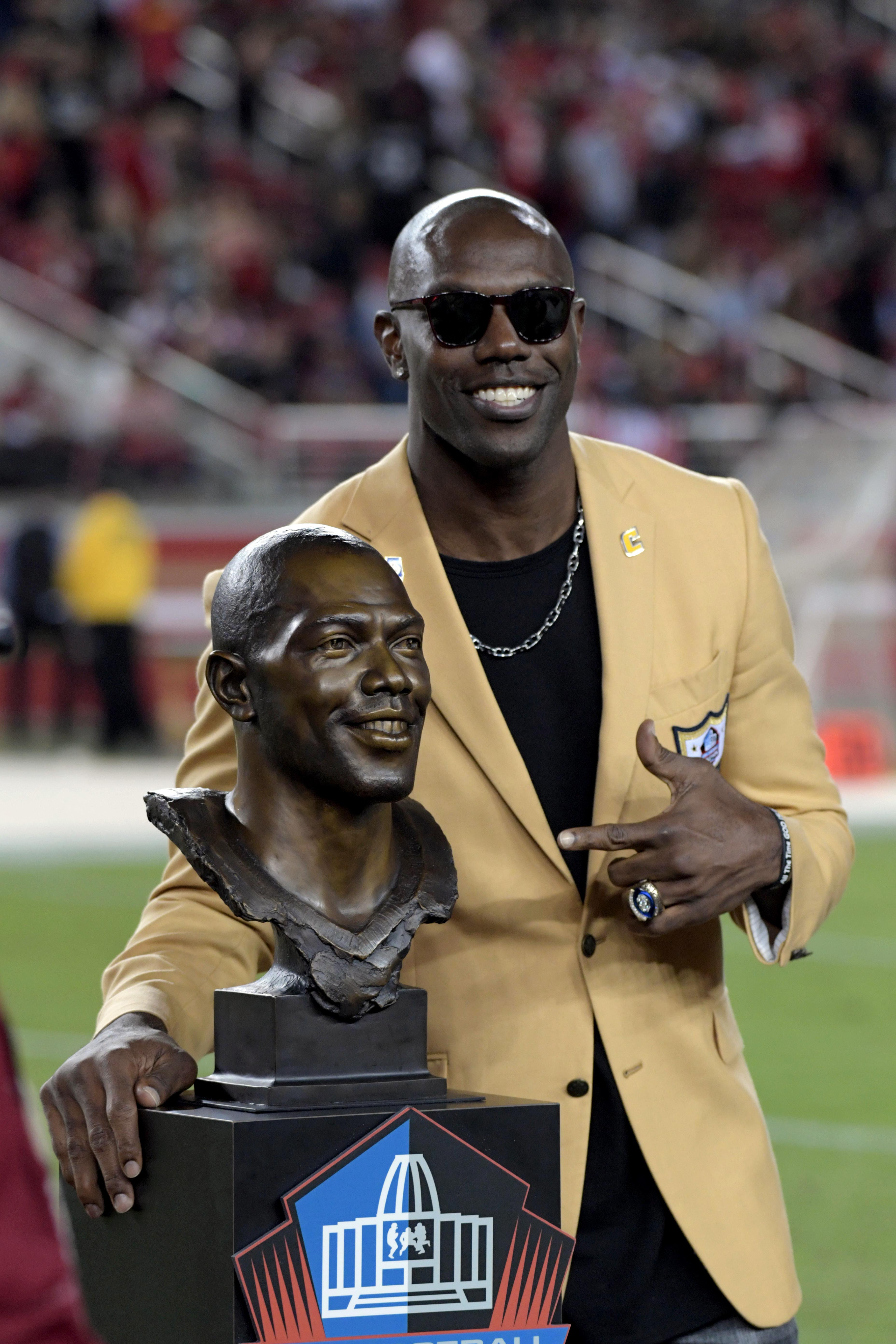 reputable site cfcf9 7d6ce Terrell Owens receives Hall of Fame ring, unveils bust at ...