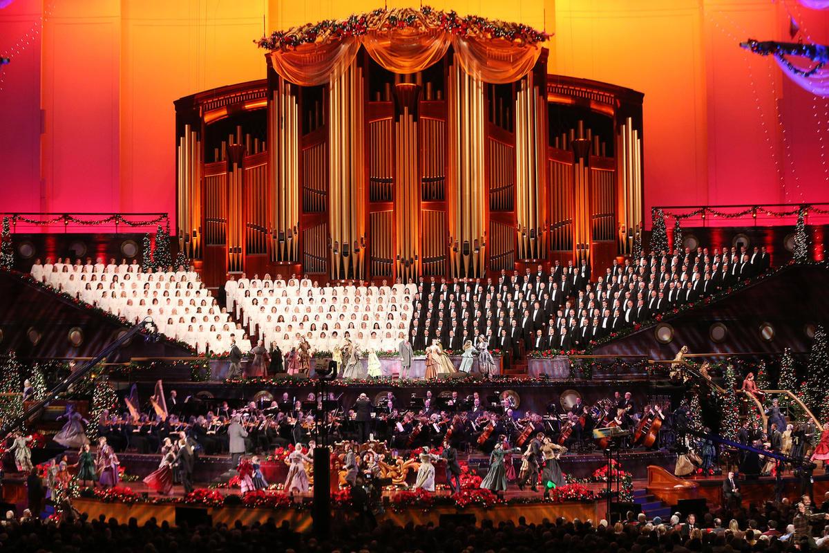 2021 Mormon Tabernacle Choir Christmas Concert Hugh Bonneville Sutton Foster Shine In Mormon Tabernacle Choir Christmas Concert Deseret News