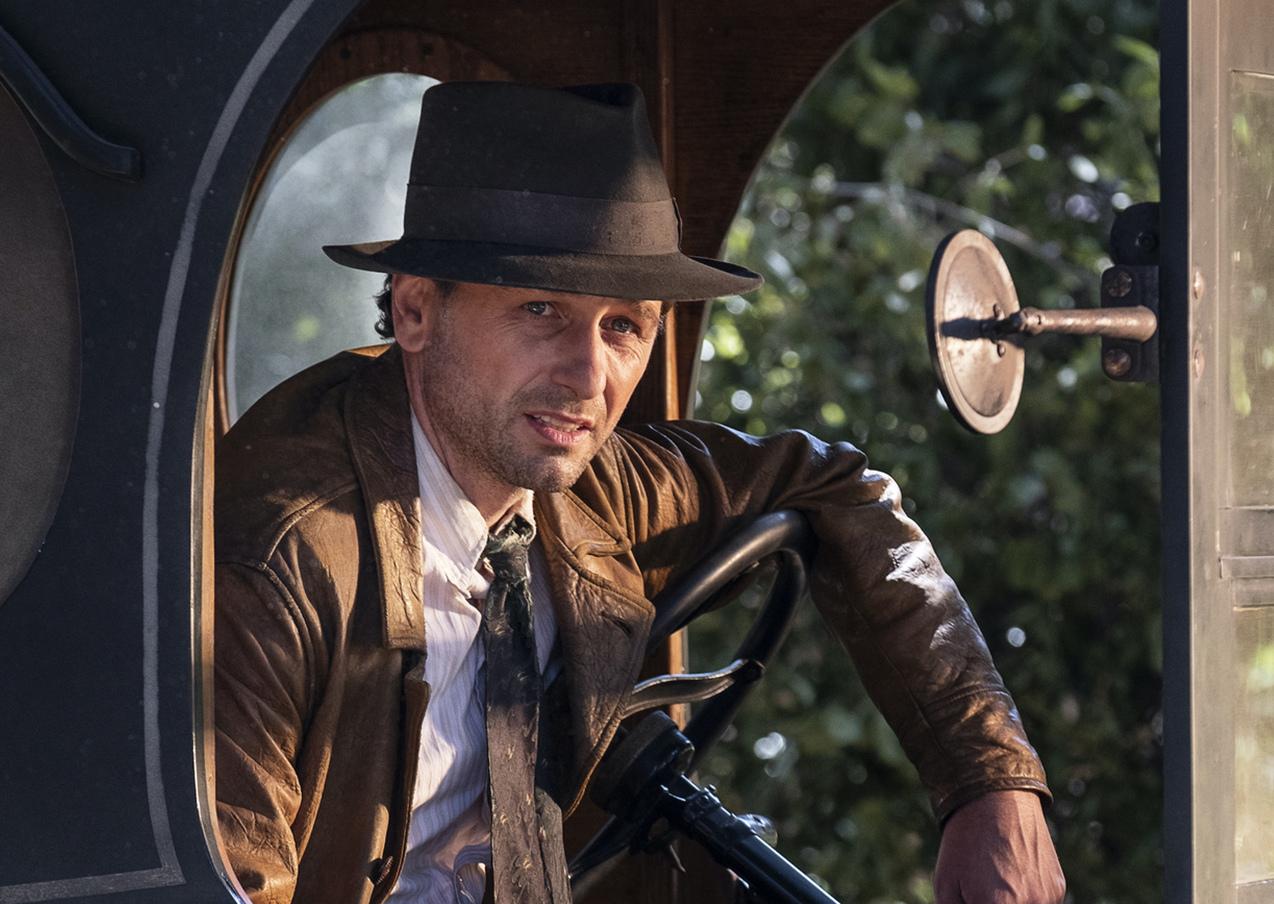Matthew Rhys portrays Perry Mason.