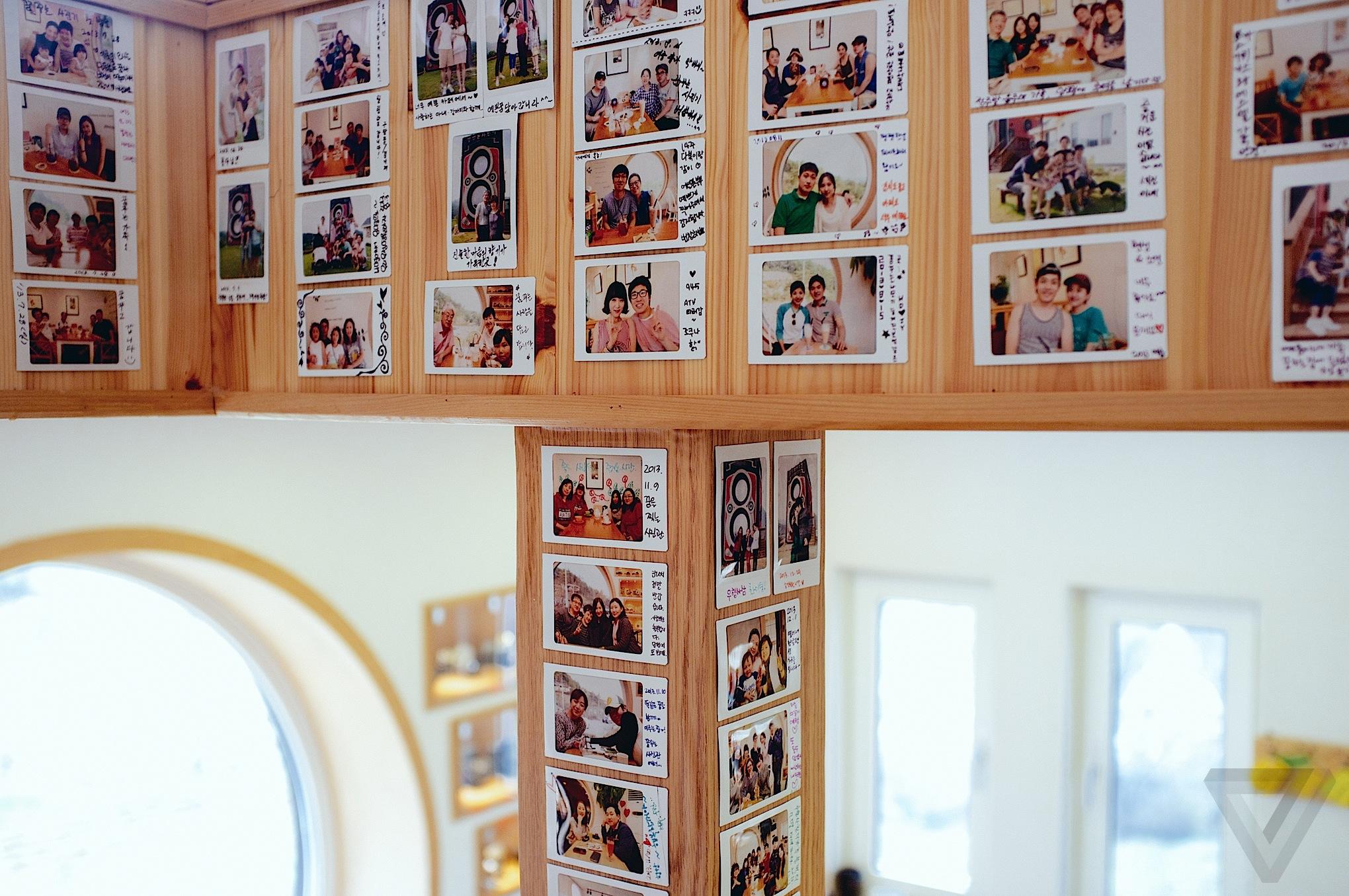 Foto-foto pengunjung Dreamy Camera cafe hasil jepretan kamera polaroid