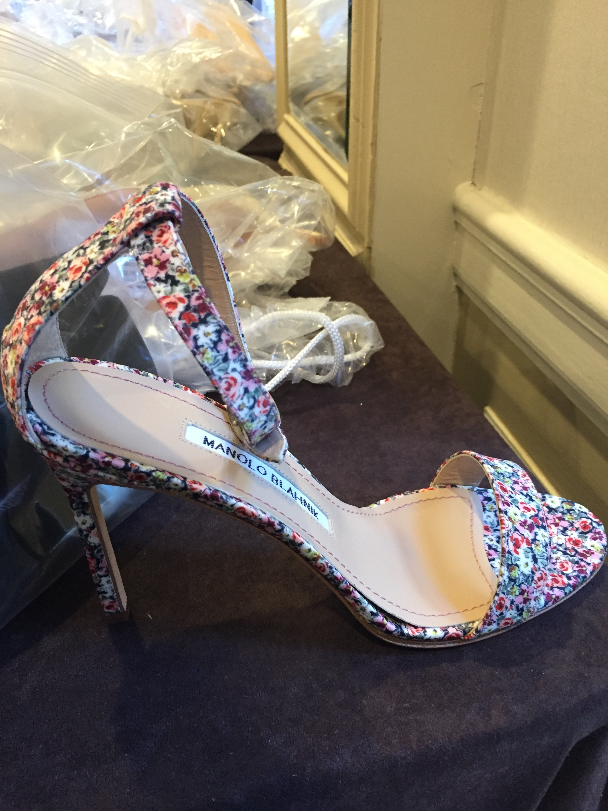 At Manolo Blahnik's Surprise Sample Sale, Shoppers Are Scooping Up Heels by the Boxful