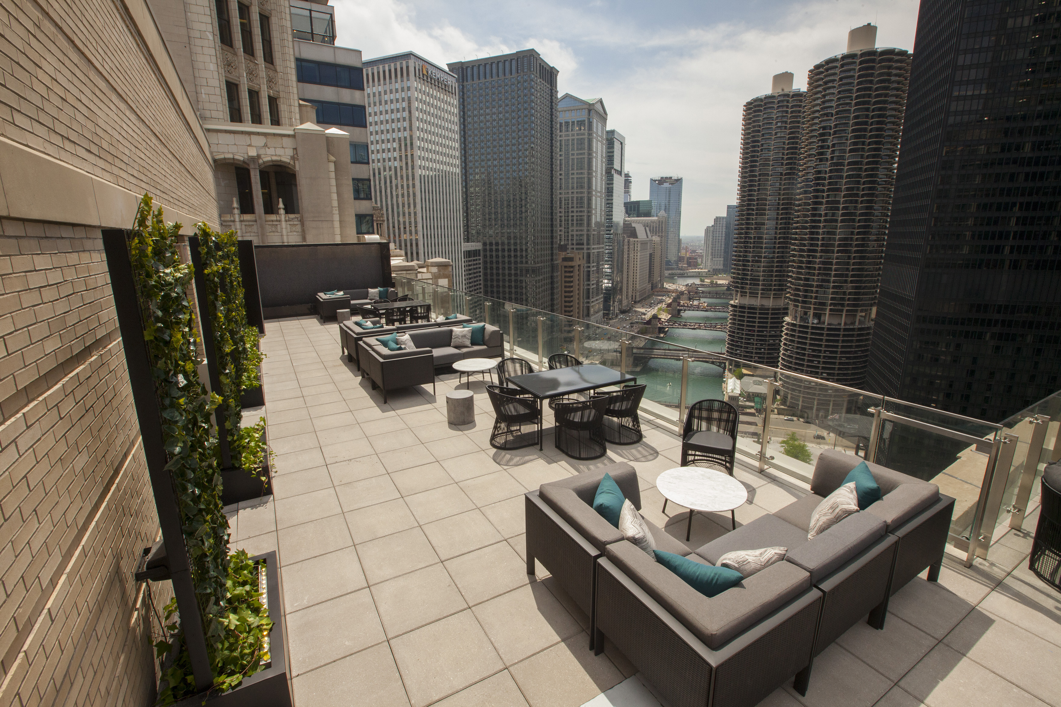 Londonhouse 39 s terrace gives guests unforgettable downtown for London hotel chicago
