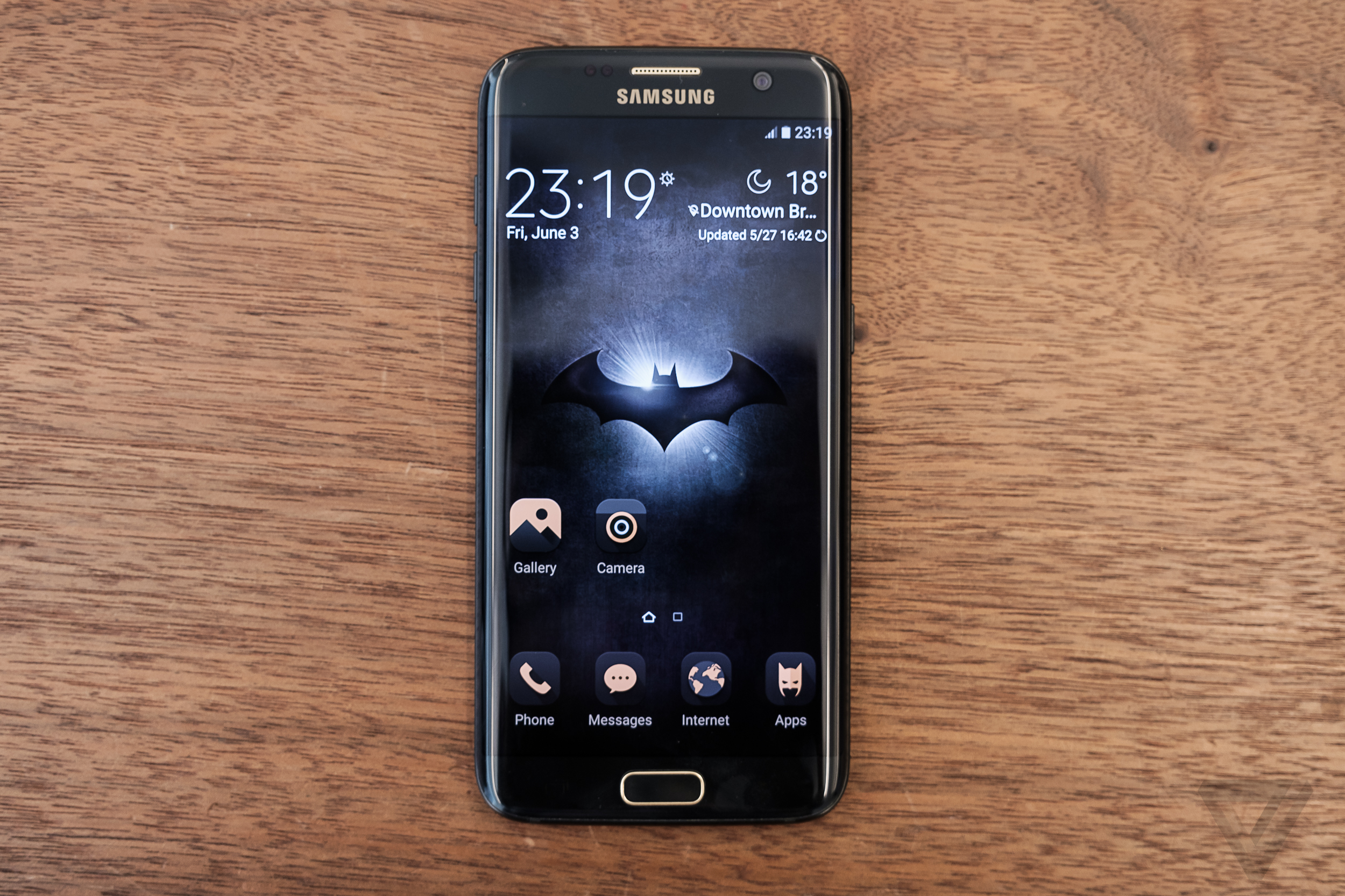 Samsung S Batman Edition Galaxy S7 Edge Is Absurd And Awesome At The Same Time The Verge