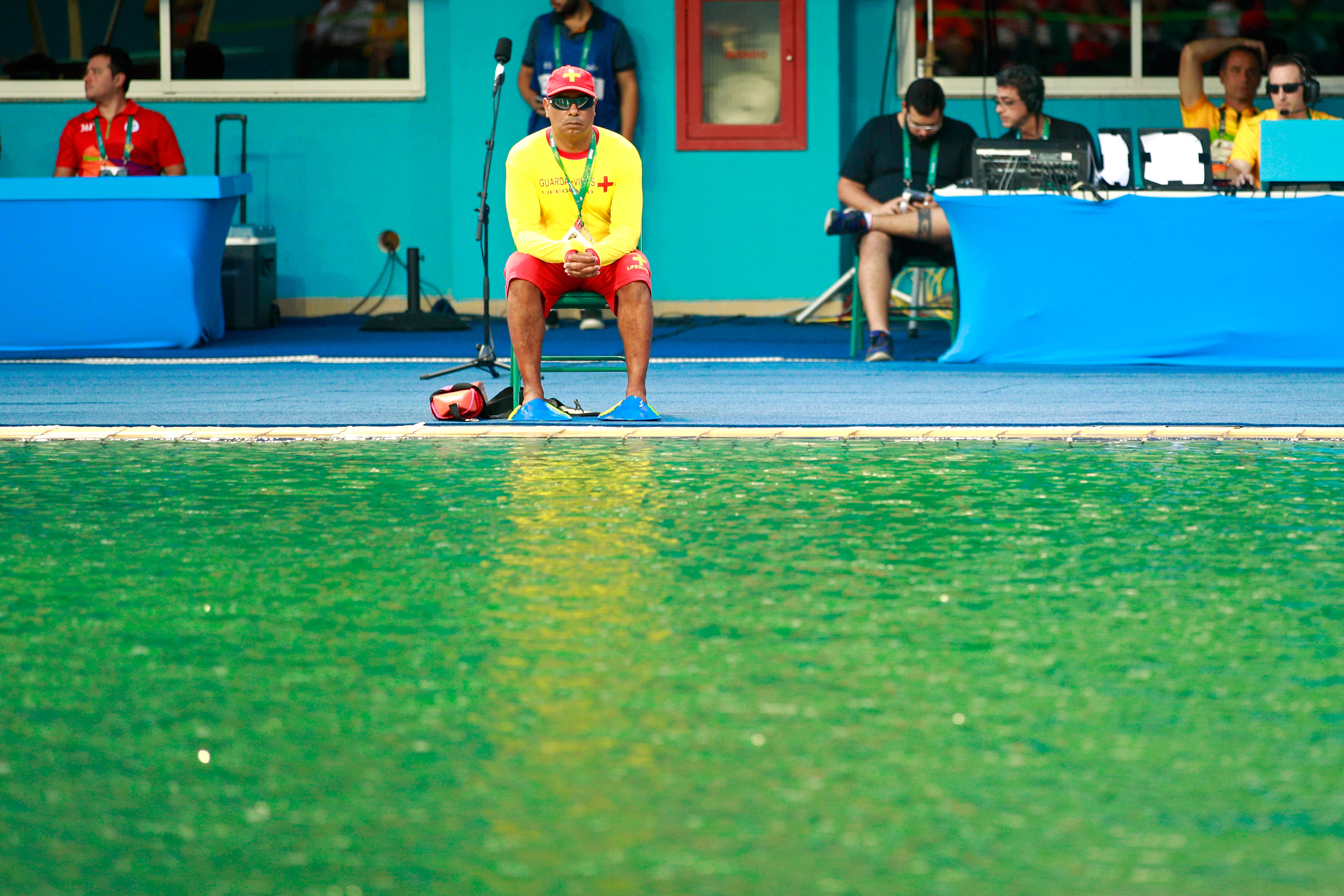Rio 39 s olympic diving pool turned green overnight thanks to algae for Why does a swimming pool turn green