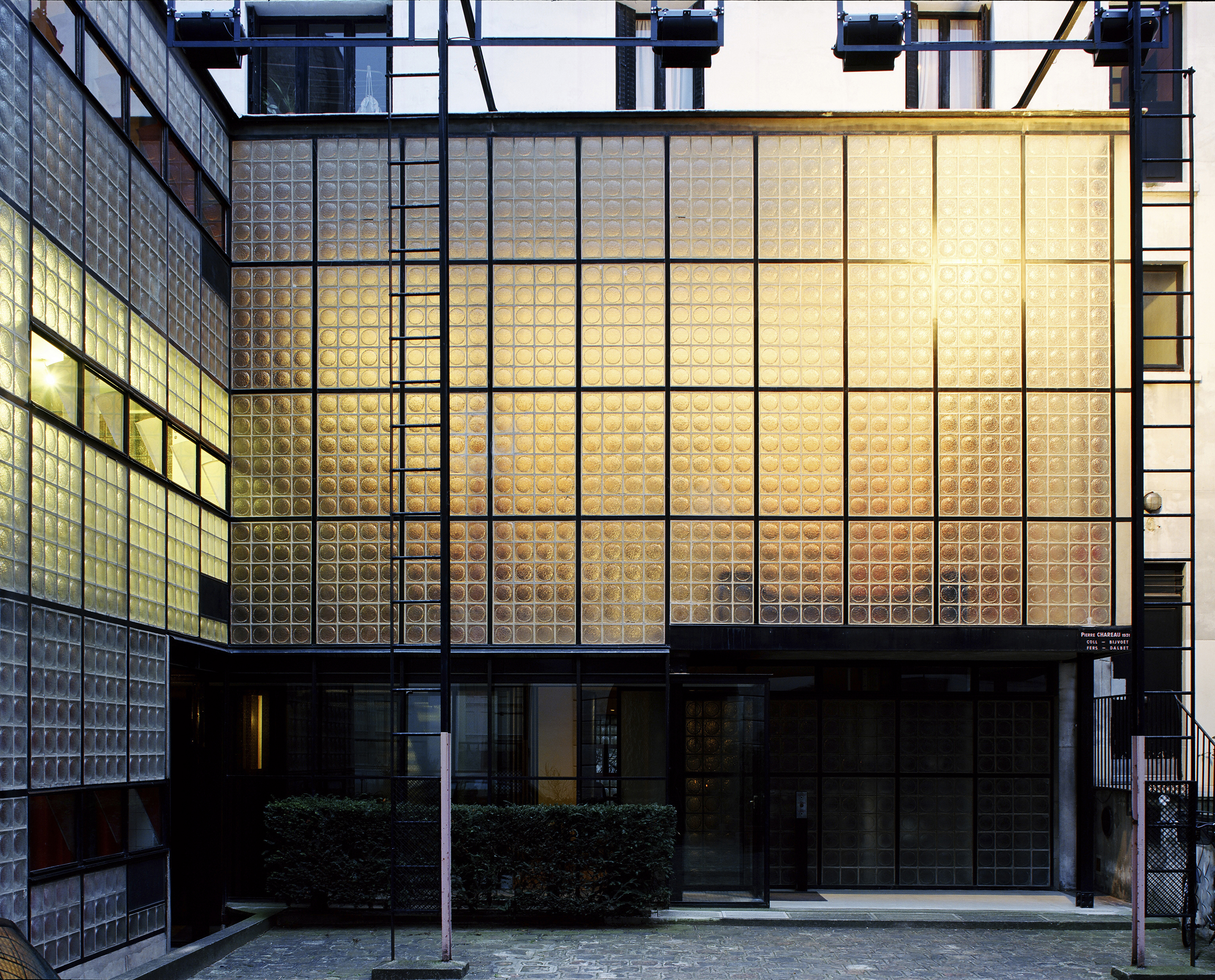 Maison de verre the other glass house curbed for A la maison de verre