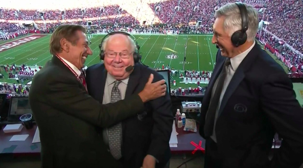 Joe Namath kissed Verne Lundquist while wearing a fur coat during ...