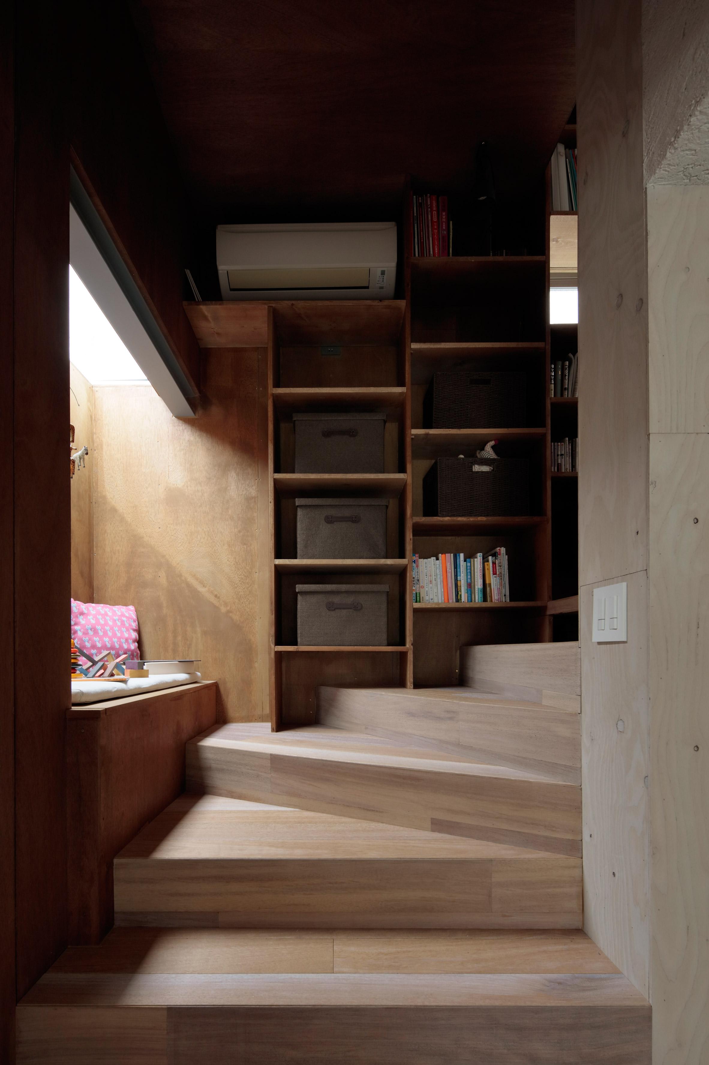 Spiraling Tokyo modern home has no doors inside