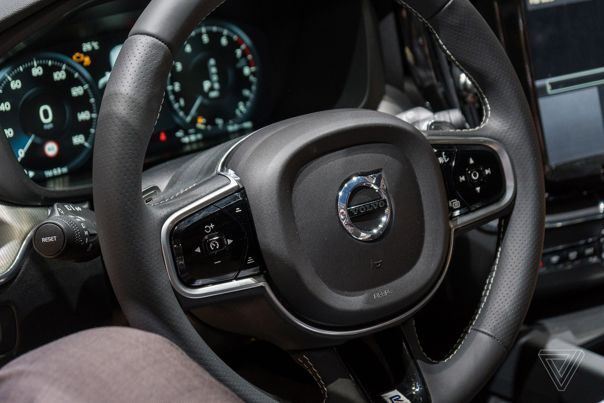 Behold the elegant simplicity of the volvo xc60 the verge for Interieur xc60
