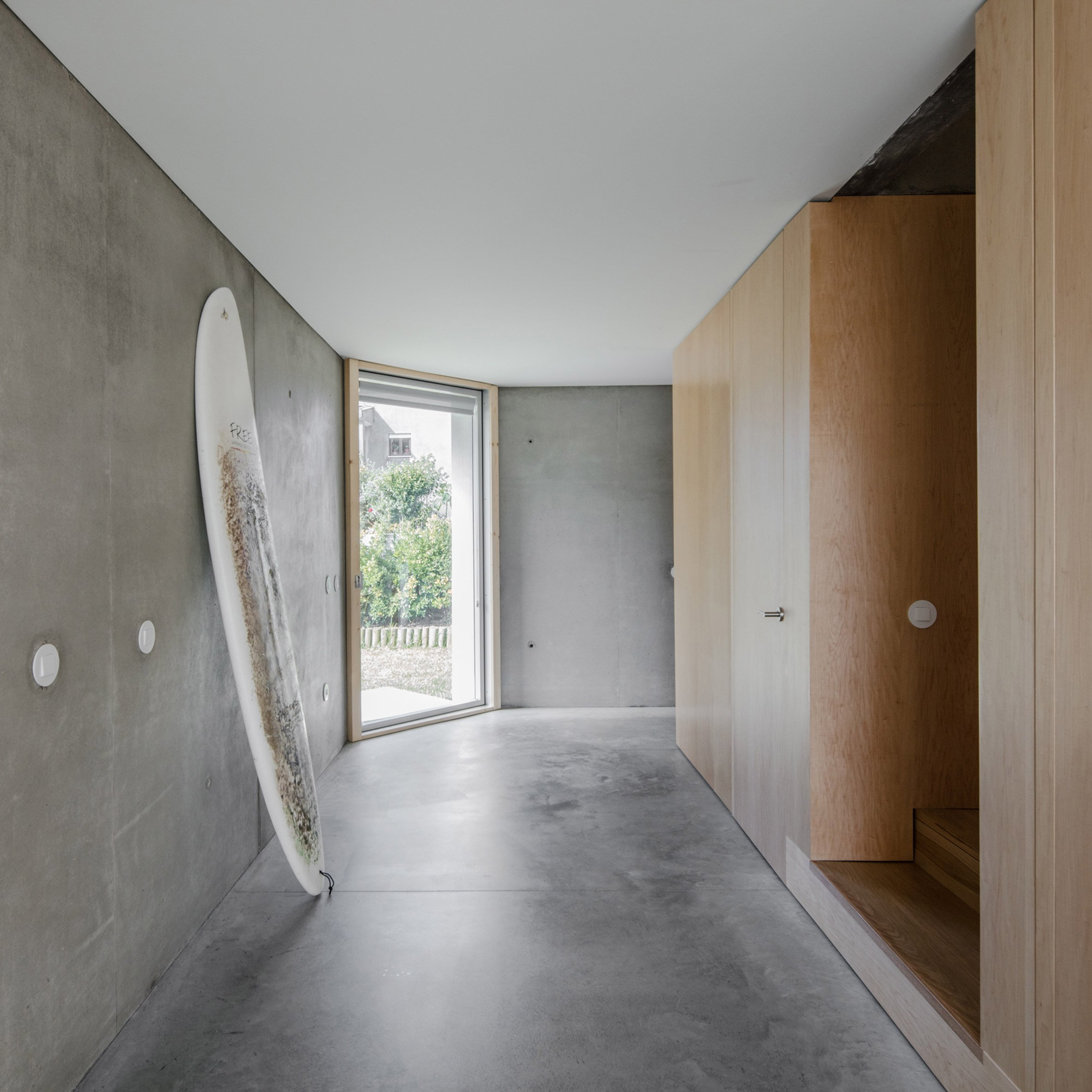this concrete home cost only 109k to build curbed there s even a basement and while the architects strove to keep the cost of materials low they invested in making the home energy efficient instead