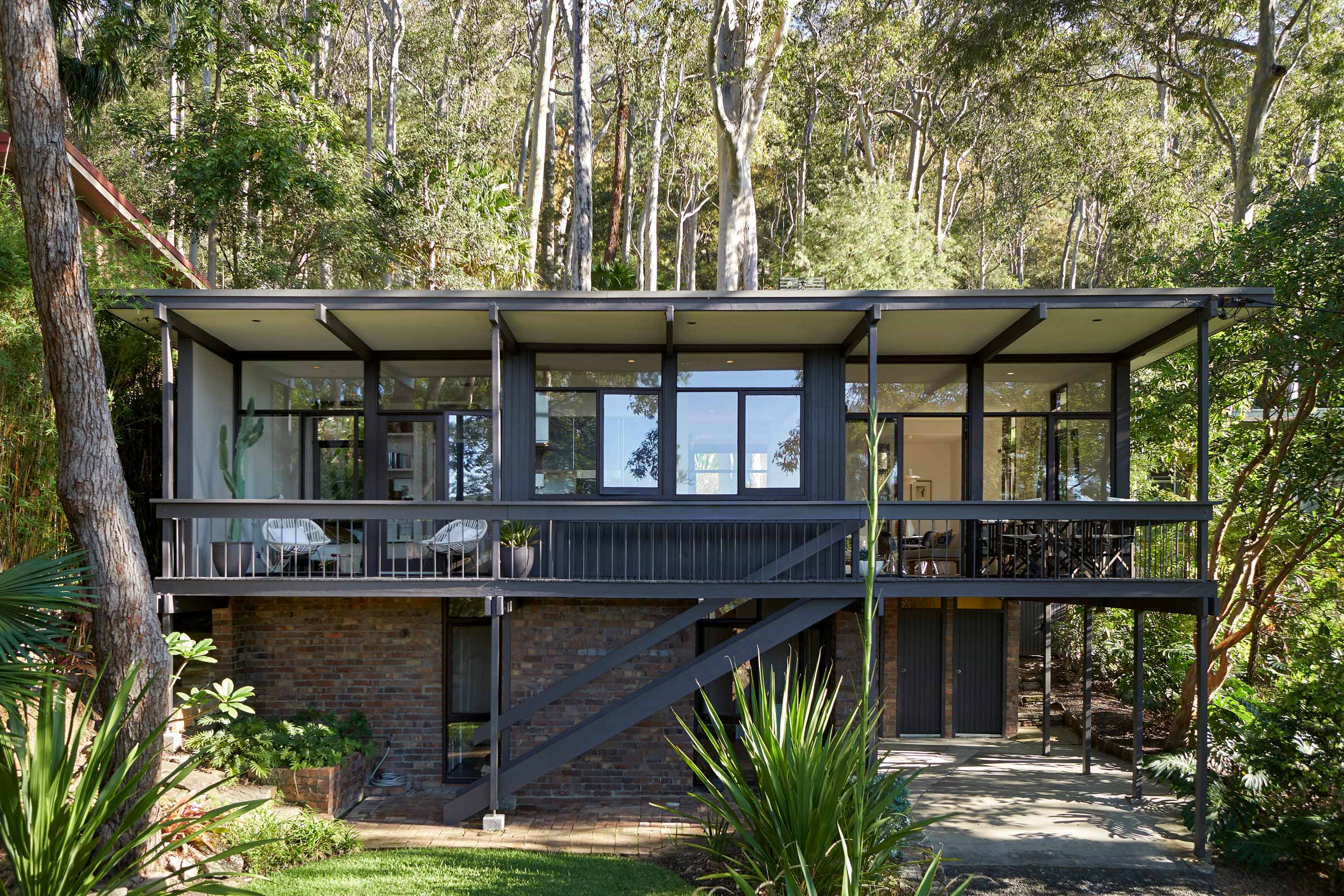Midcentury modern aussie beach house will kickstart your for Mid century post and beam house plans