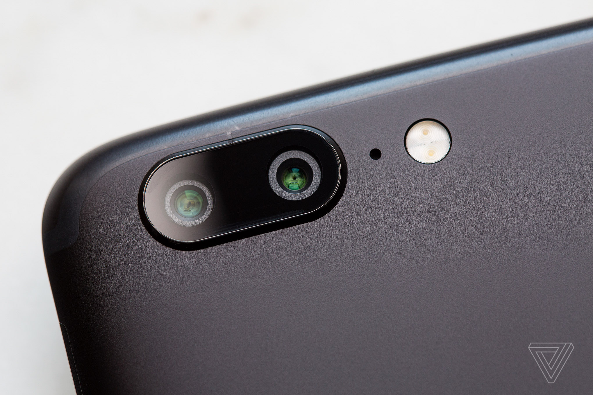 one thing the galaxy s8 and the majority of other android phones donu0027t have is a dualcamera system like the the oneplus 5 recreates appleu0027s