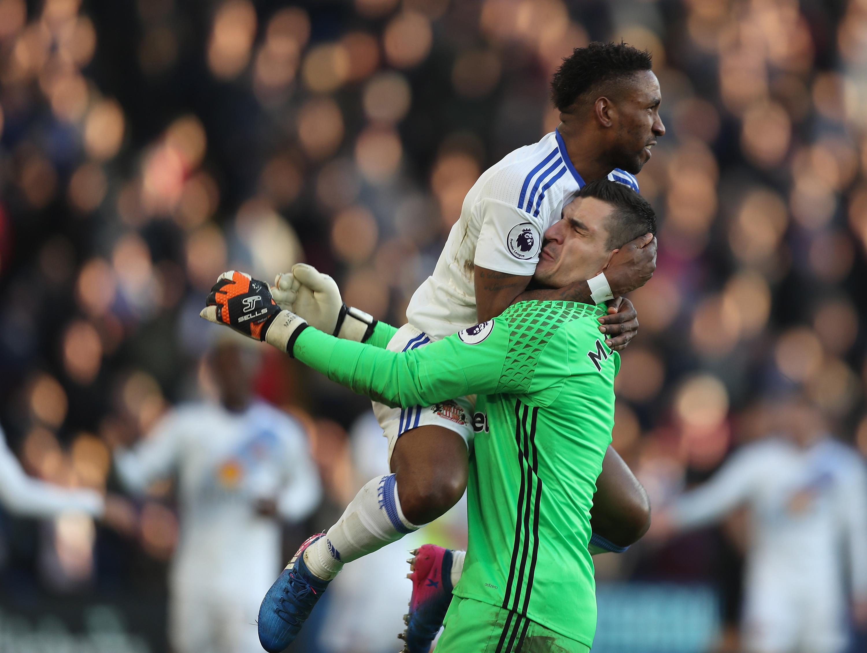 Vito Mannone: Reading sign Sunderland goalkeeper in £2m deal