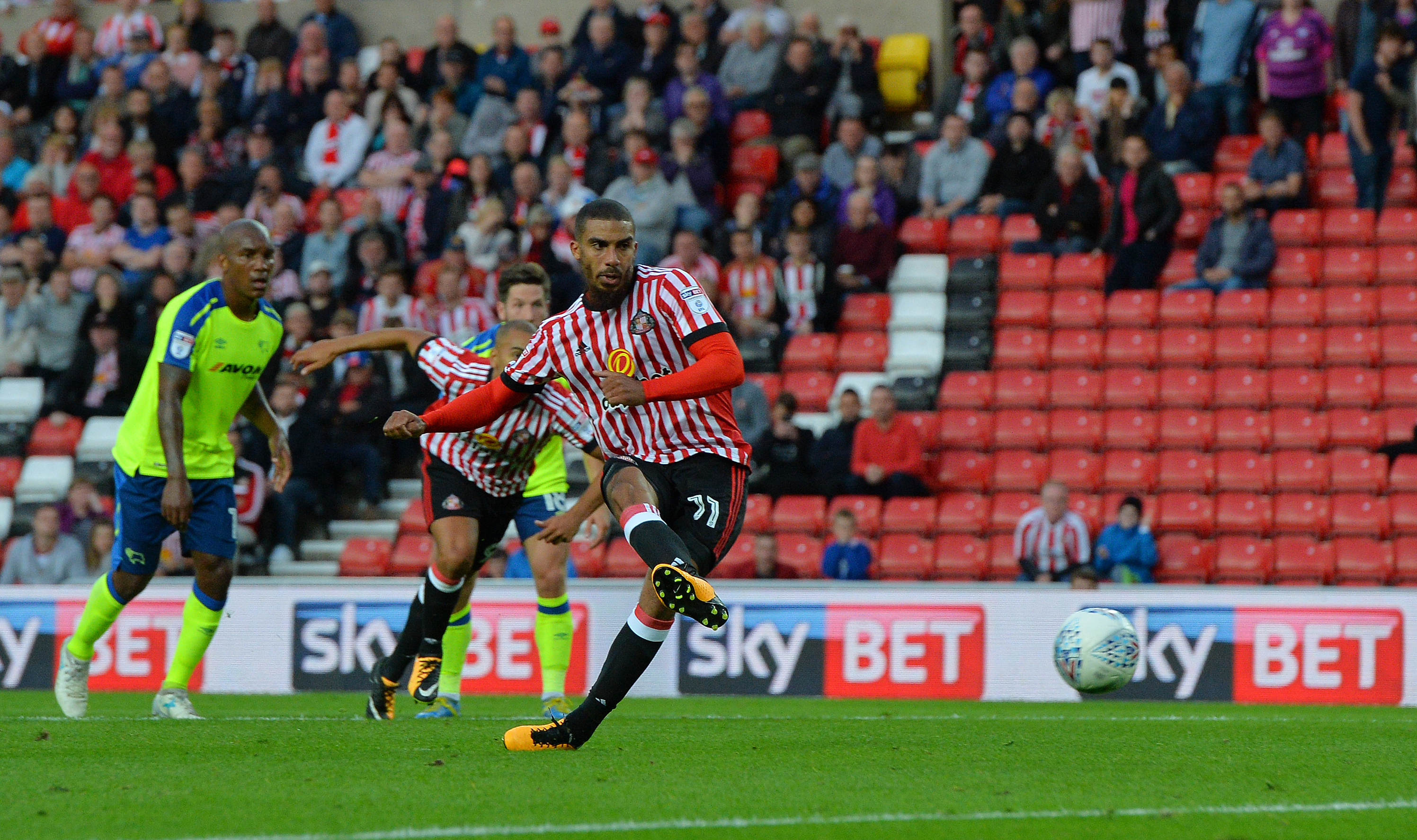 Lewis Grabban scores twice for Sunderland to sink Norwich City