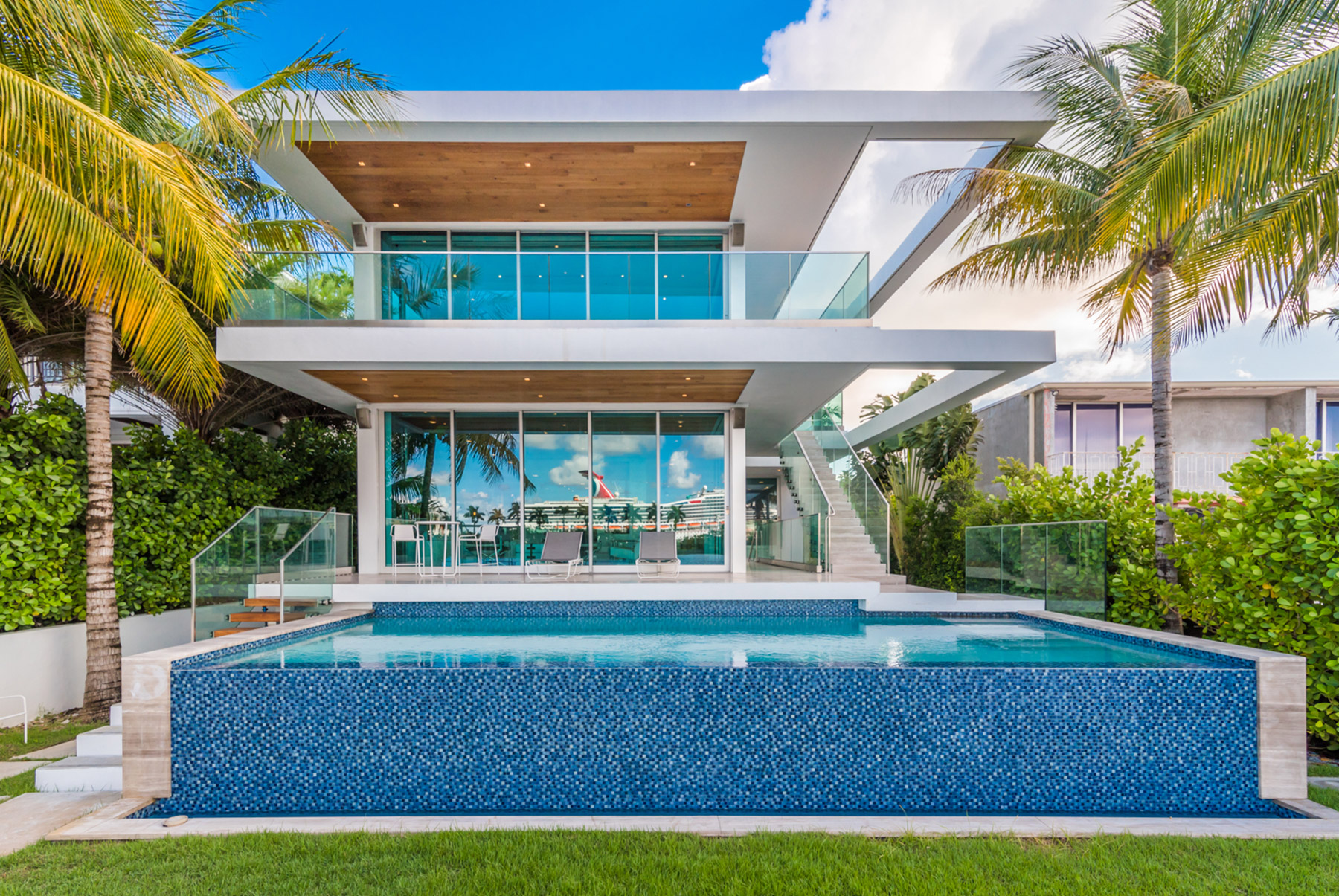 Modern stunner in miami beach seeks 10 8m curbed miami for Beach house plans usa