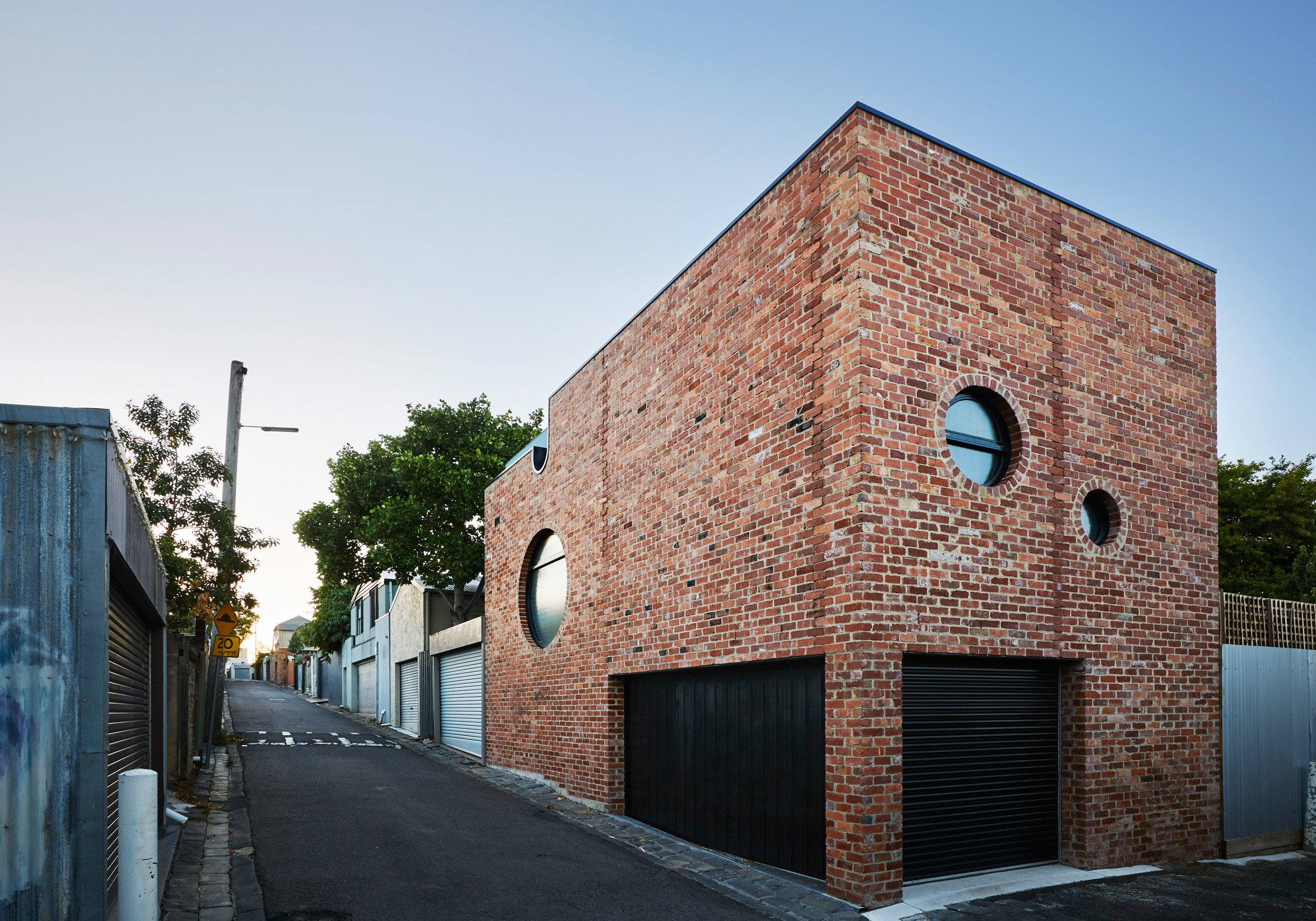 Cool brick house built as secondary dwelling in melbourne for Home architecture melbourne