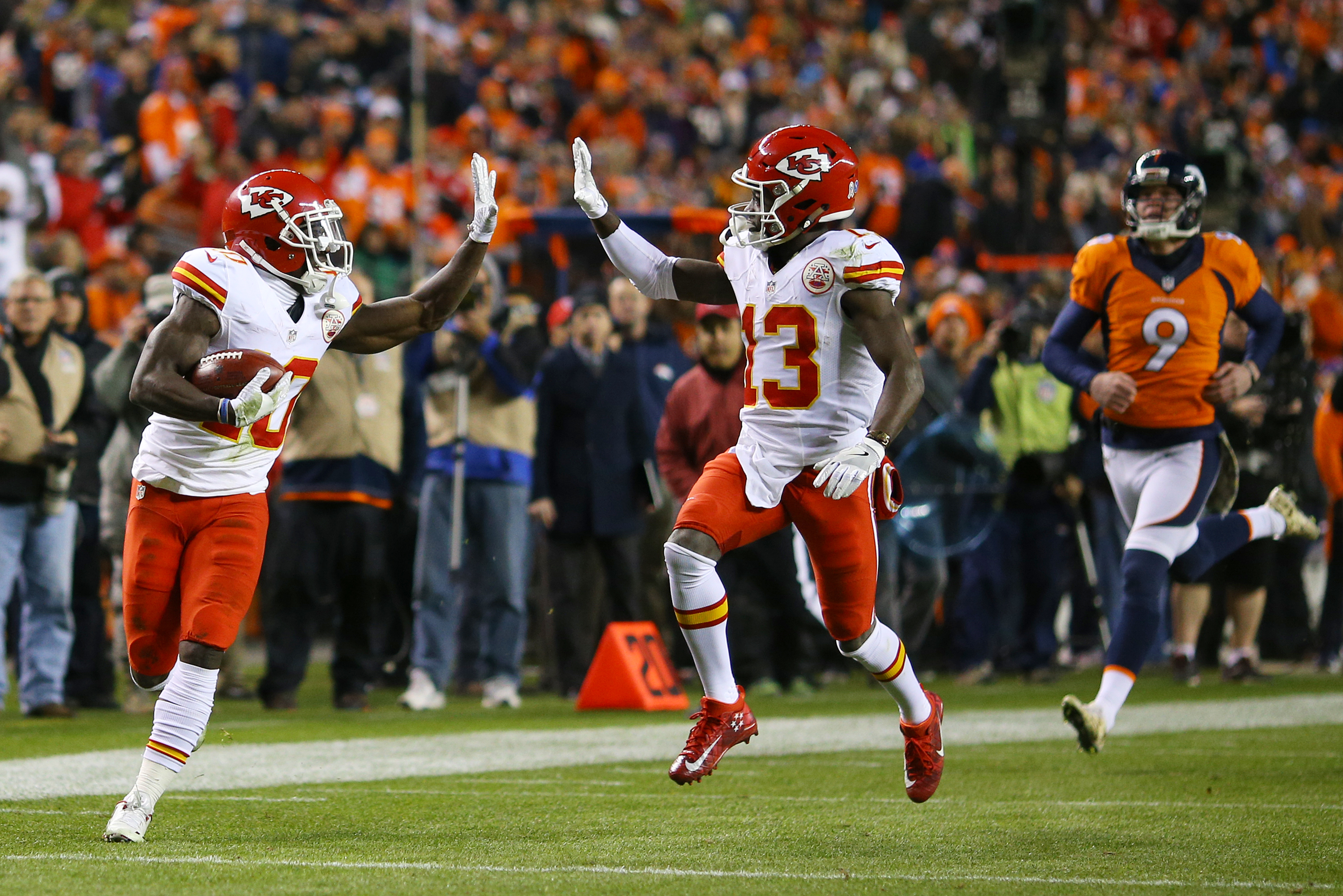 Chiefs vs Patriotrs Tyreek Hill flashed the peace sign en route