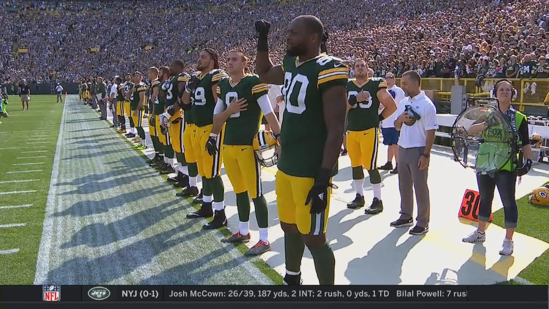 Michael Bennett sits during national anthem, brother Martellus holds fist in air