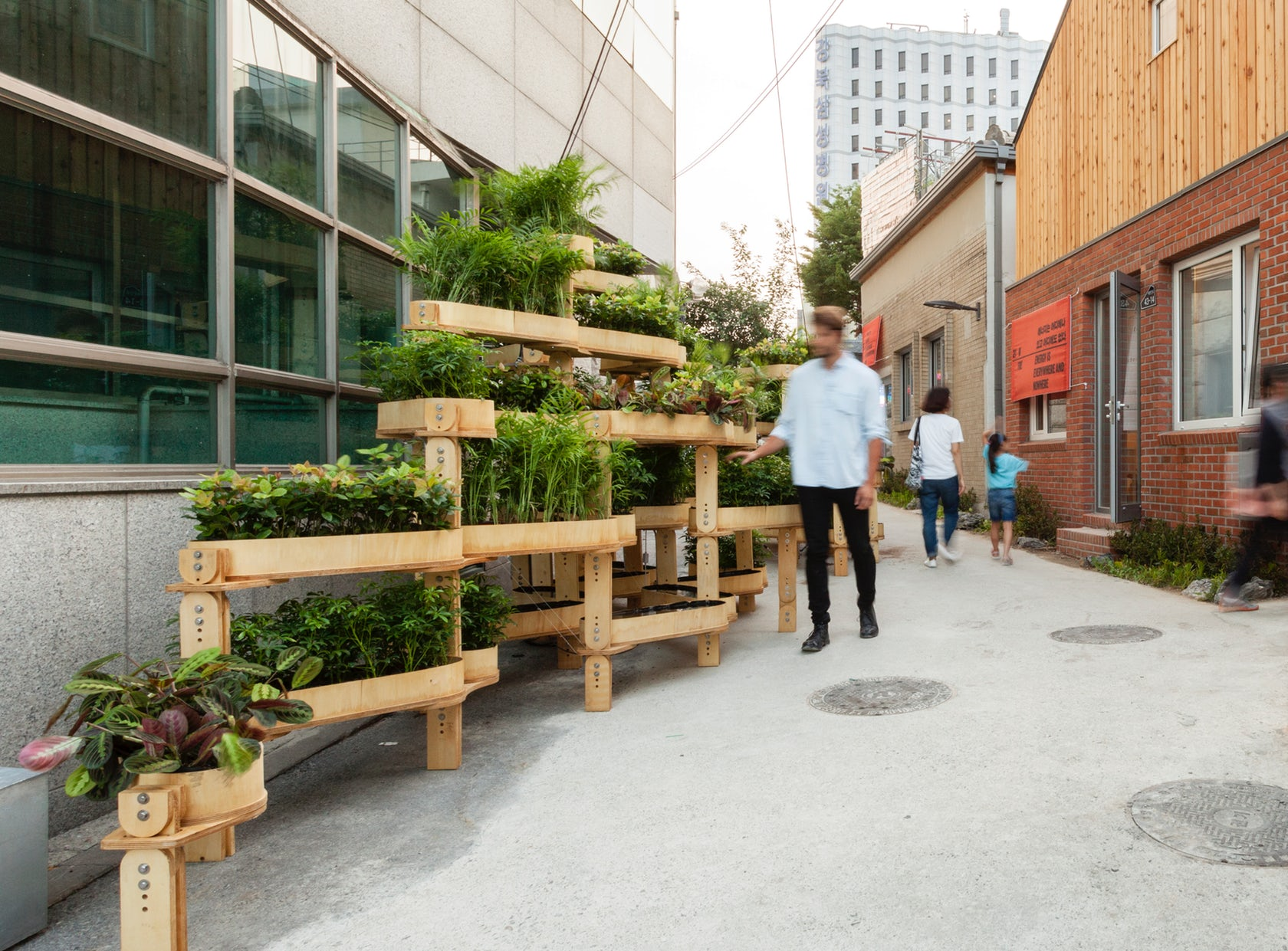 urban gardening is made easy with growmore modular planter system curbed. Black Bedroom Furniture Sets. Home Design Ideas