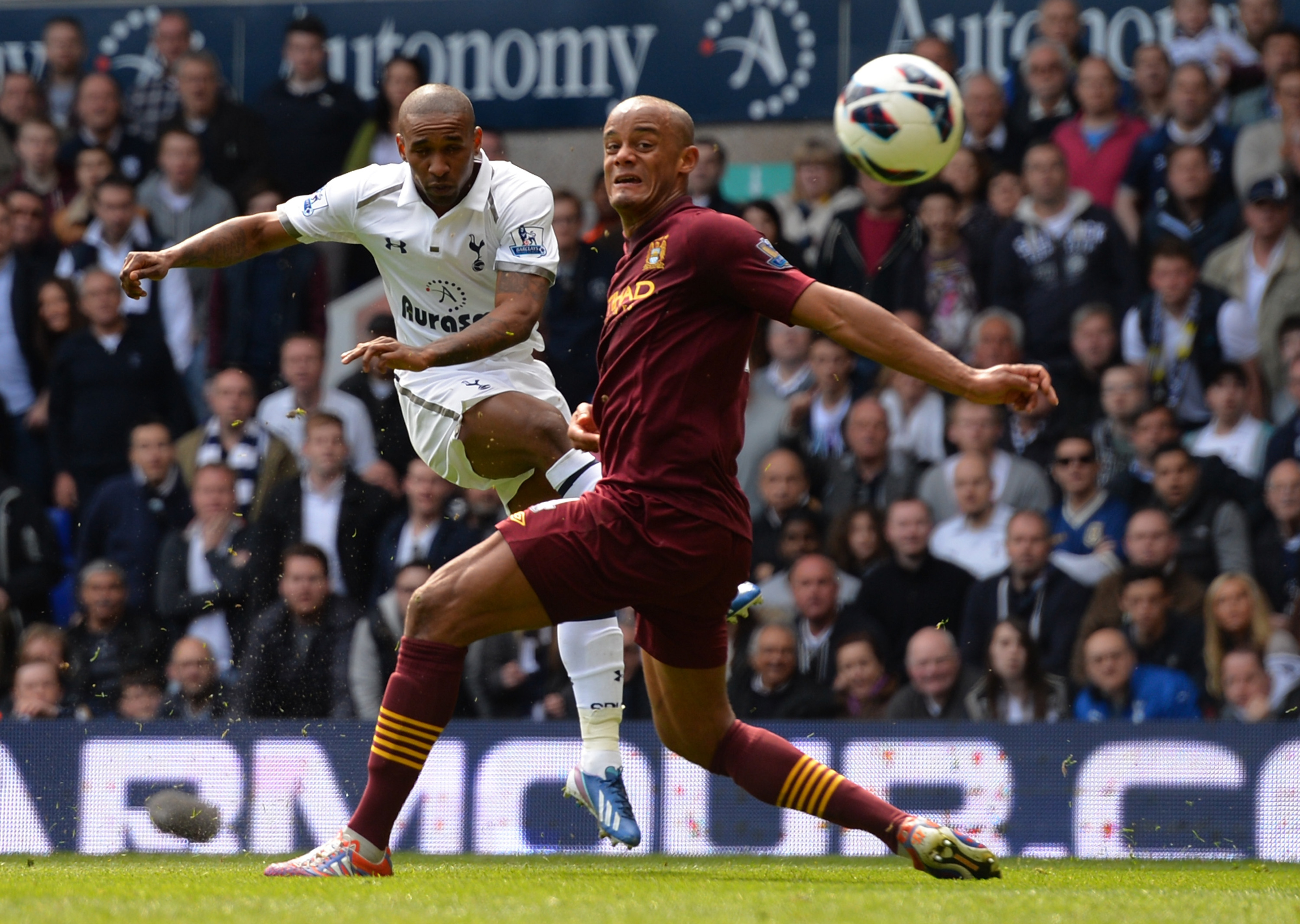 Substitute Defoe fires Spurs into the lead