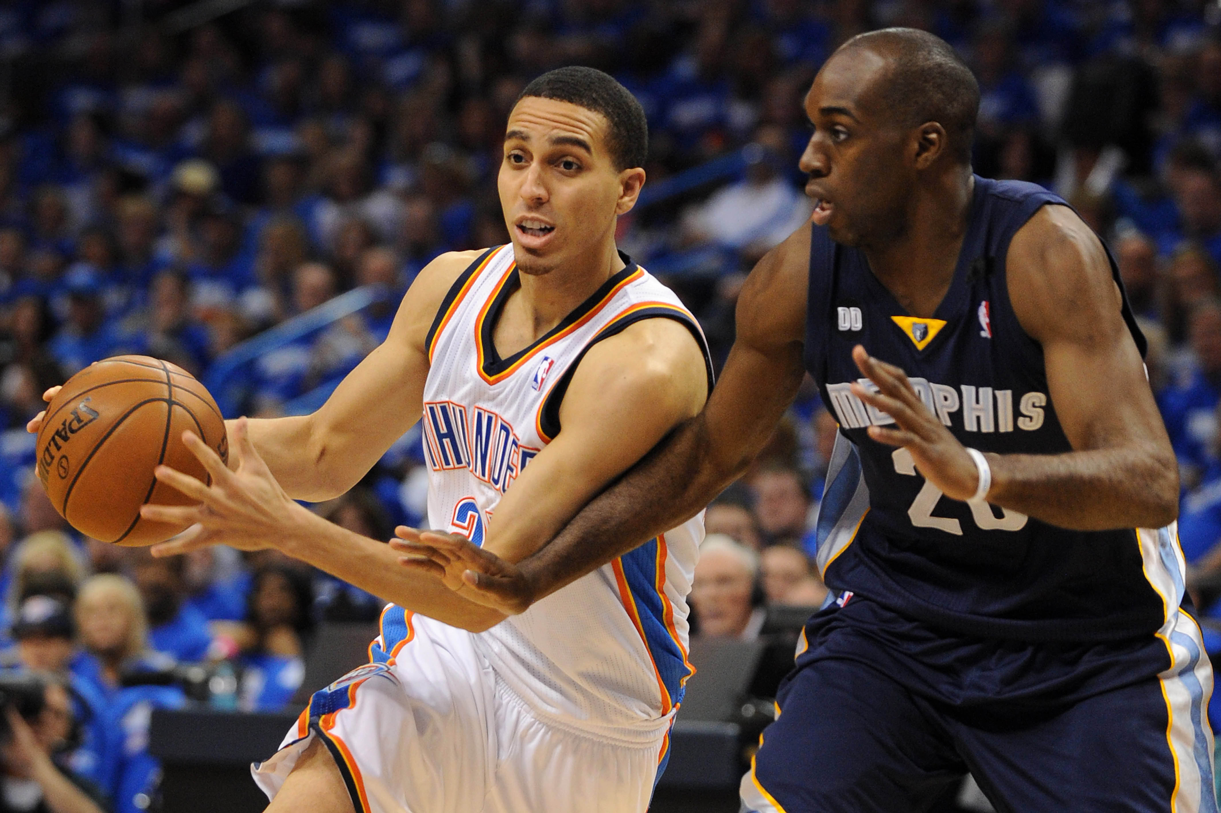 Kevin Martin drives on Memphis Forward Quincy Pondexter