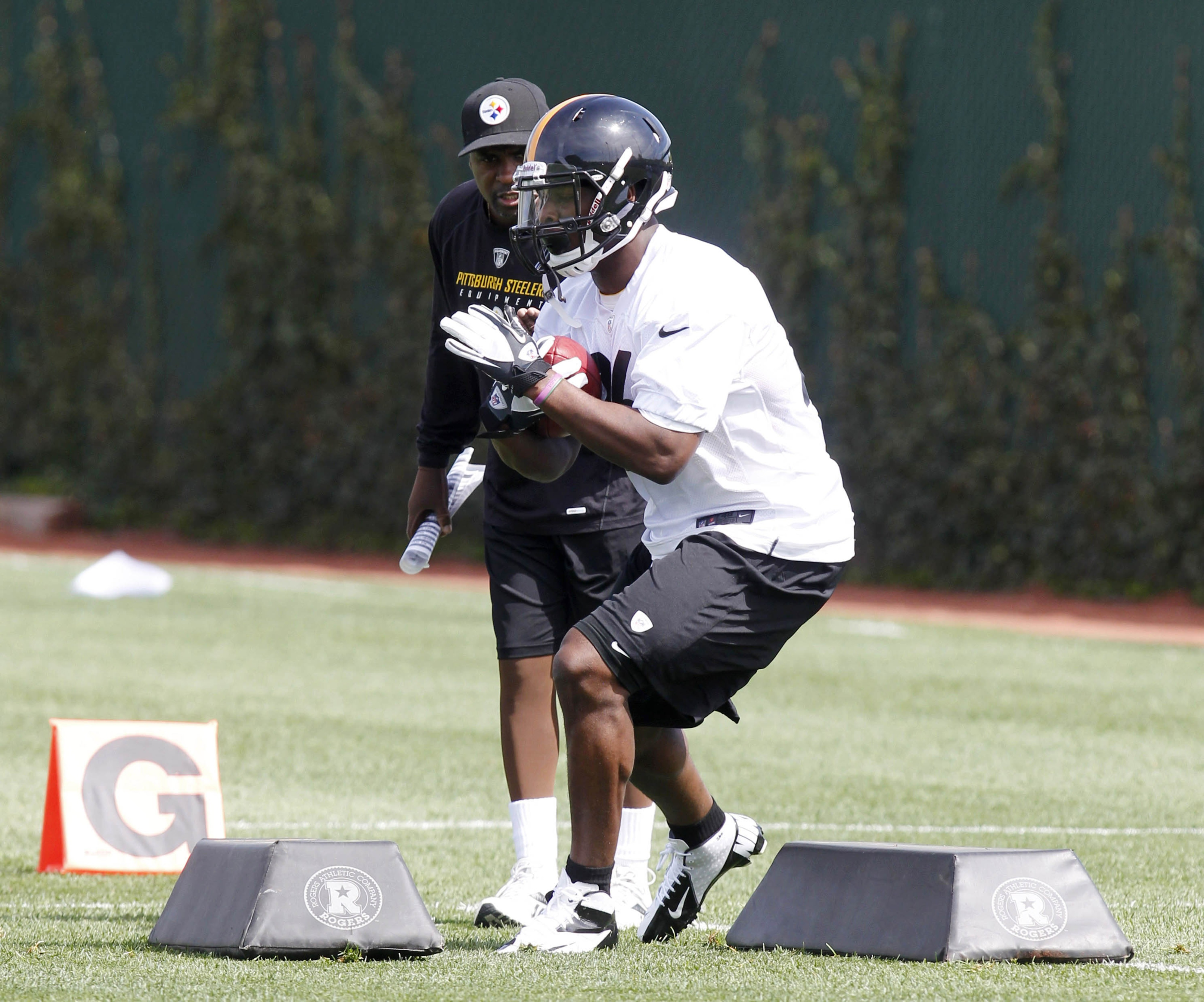 Steelers RB Le'Veon Bell is not impressive in this drill because he is in shorts.