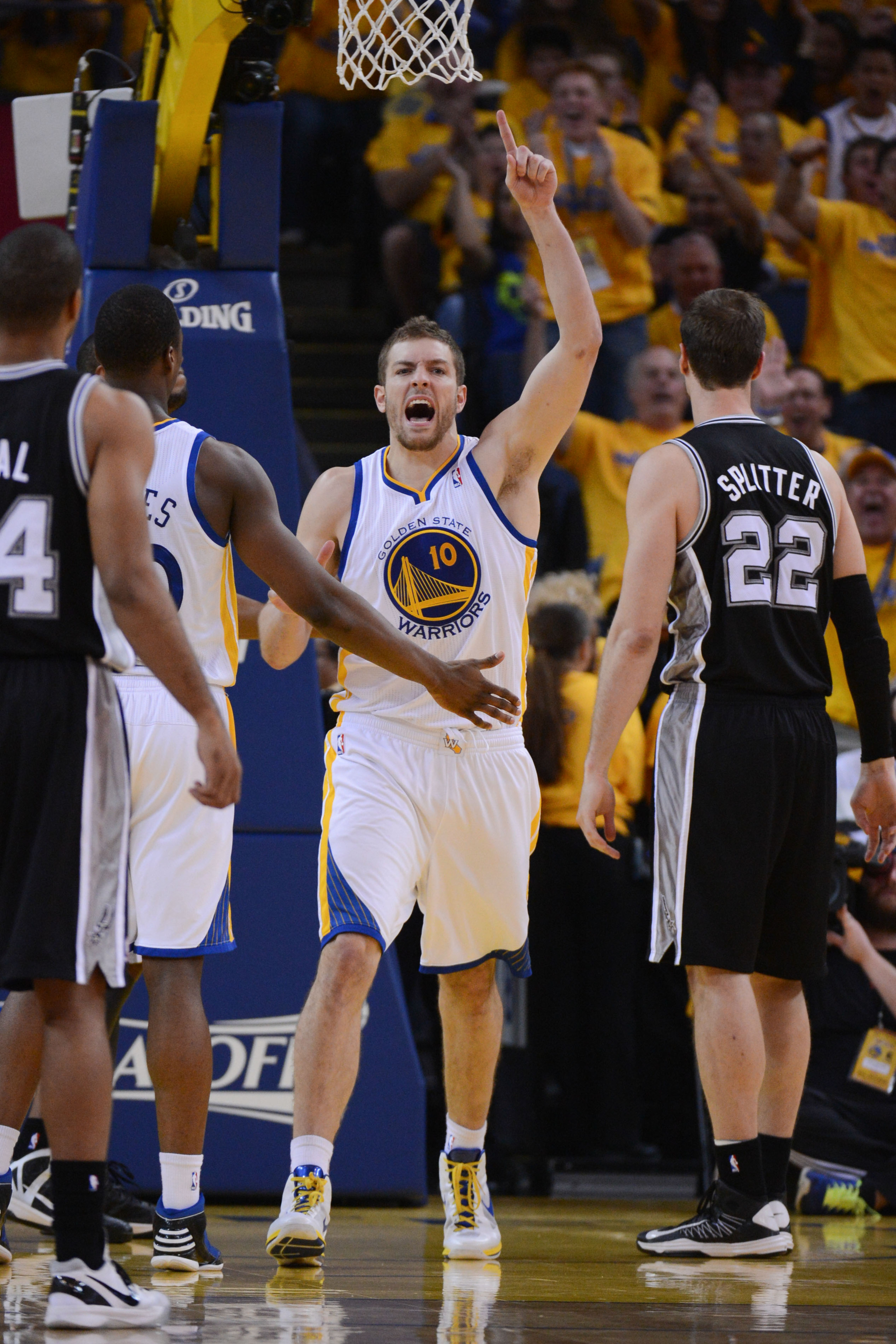 David Lee found a way to contribute against the Spurs despite a major injury