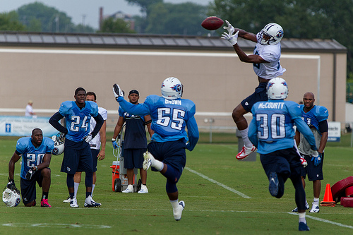 Justin Hunter catches a pass in Titans training camp