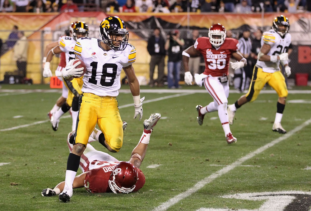 Packers CB Micah Hyde returns a punt as a member of the Iowa Hawkeyes.