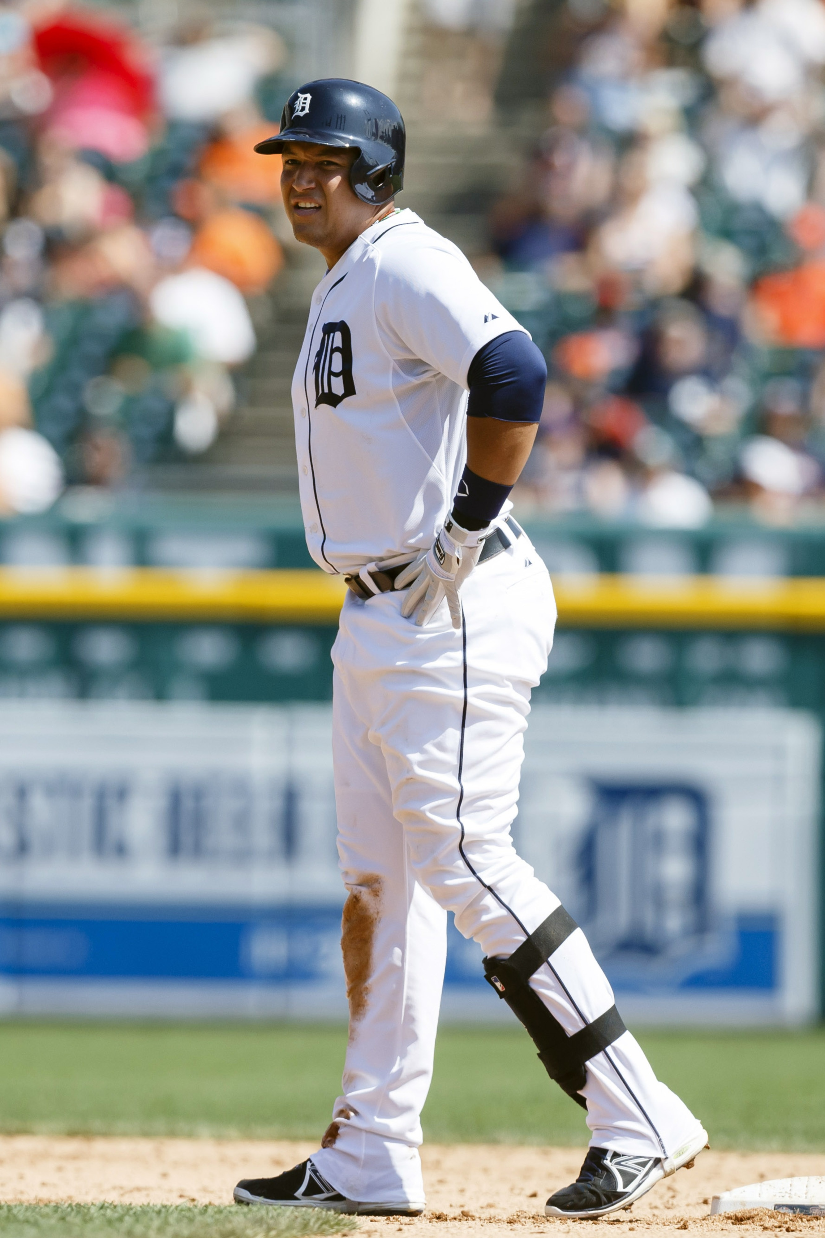 Miguel Cabrera injury: Tigers 3B exits with irritation in abdominal area