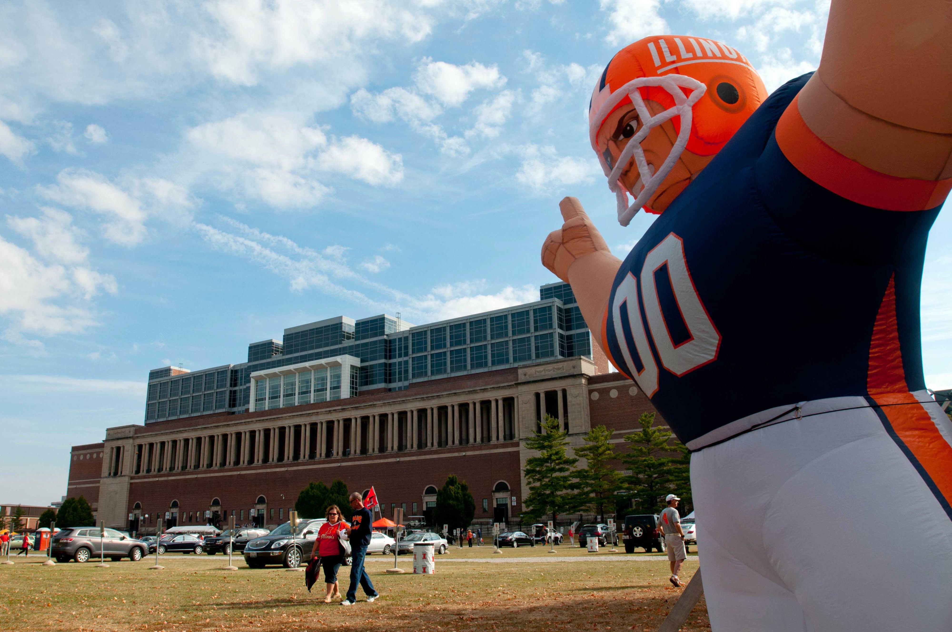 Big Illinois balloon player is big.