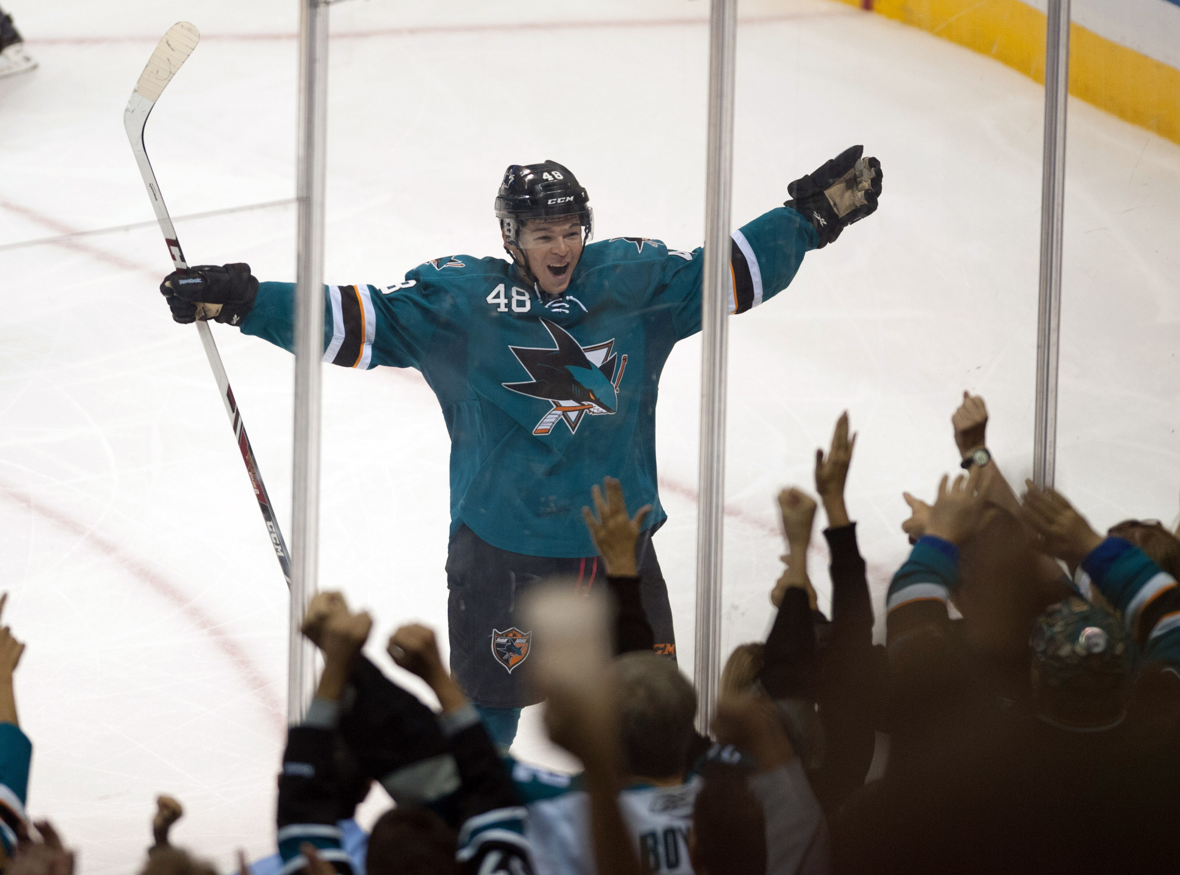 Tomas Hertl goes between his legs for 4th goal of night