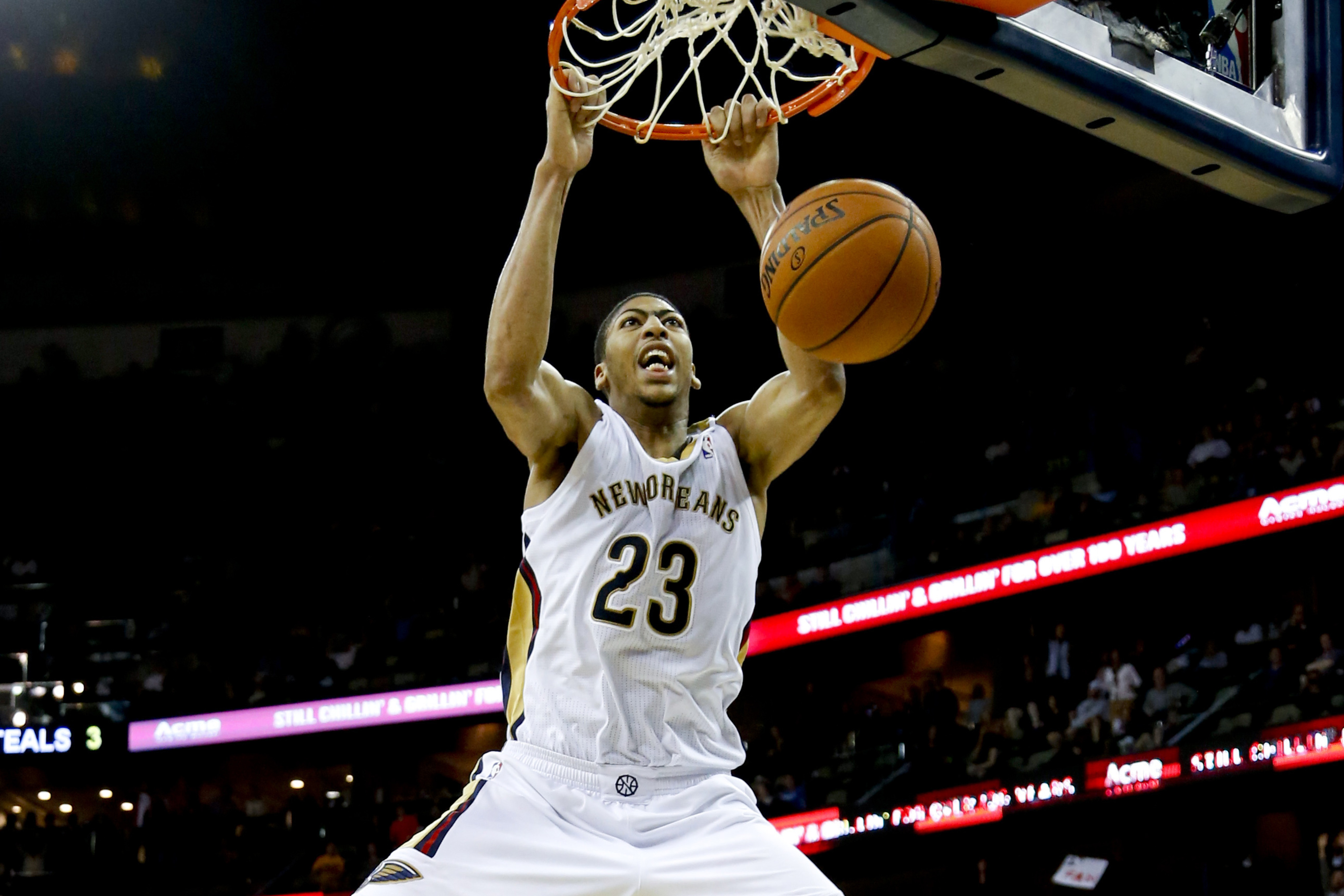 Anthony Davis puts exclamation point on outstanding game with big dunk