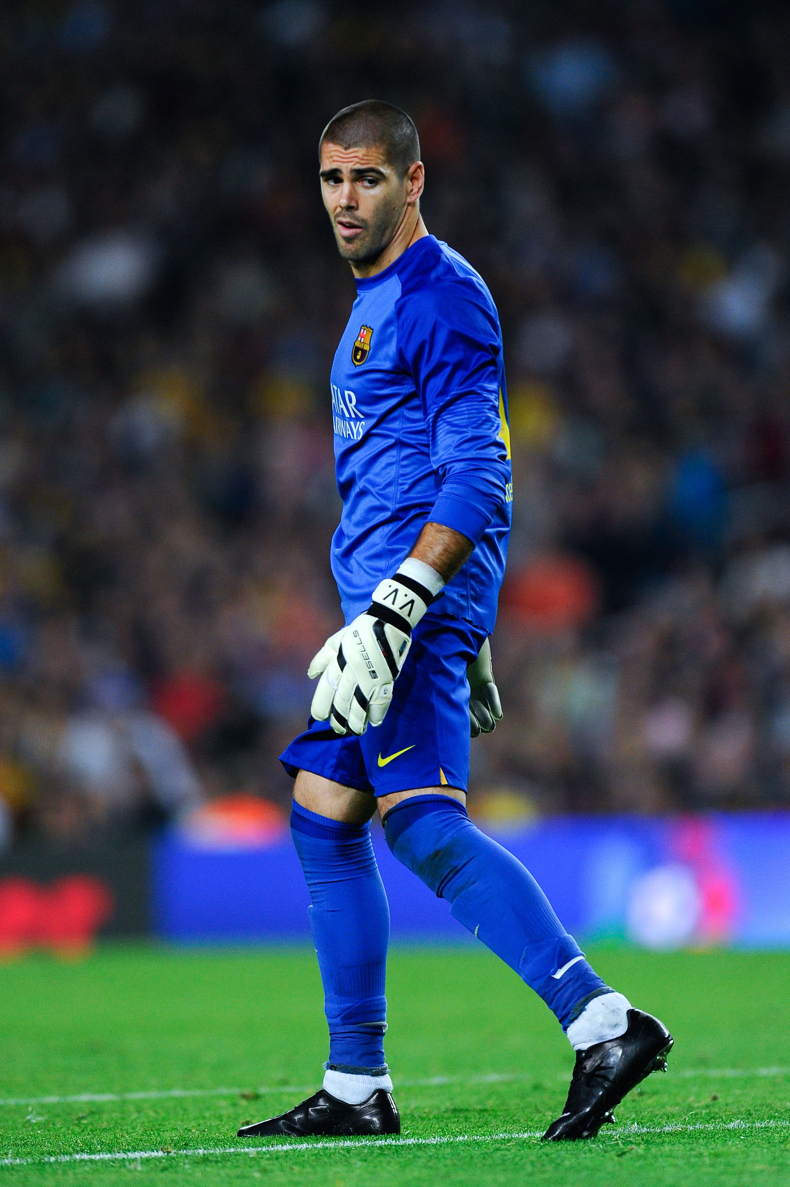 Victor Valdés injury: Goalkeeper reportedly has a torn calf muscle