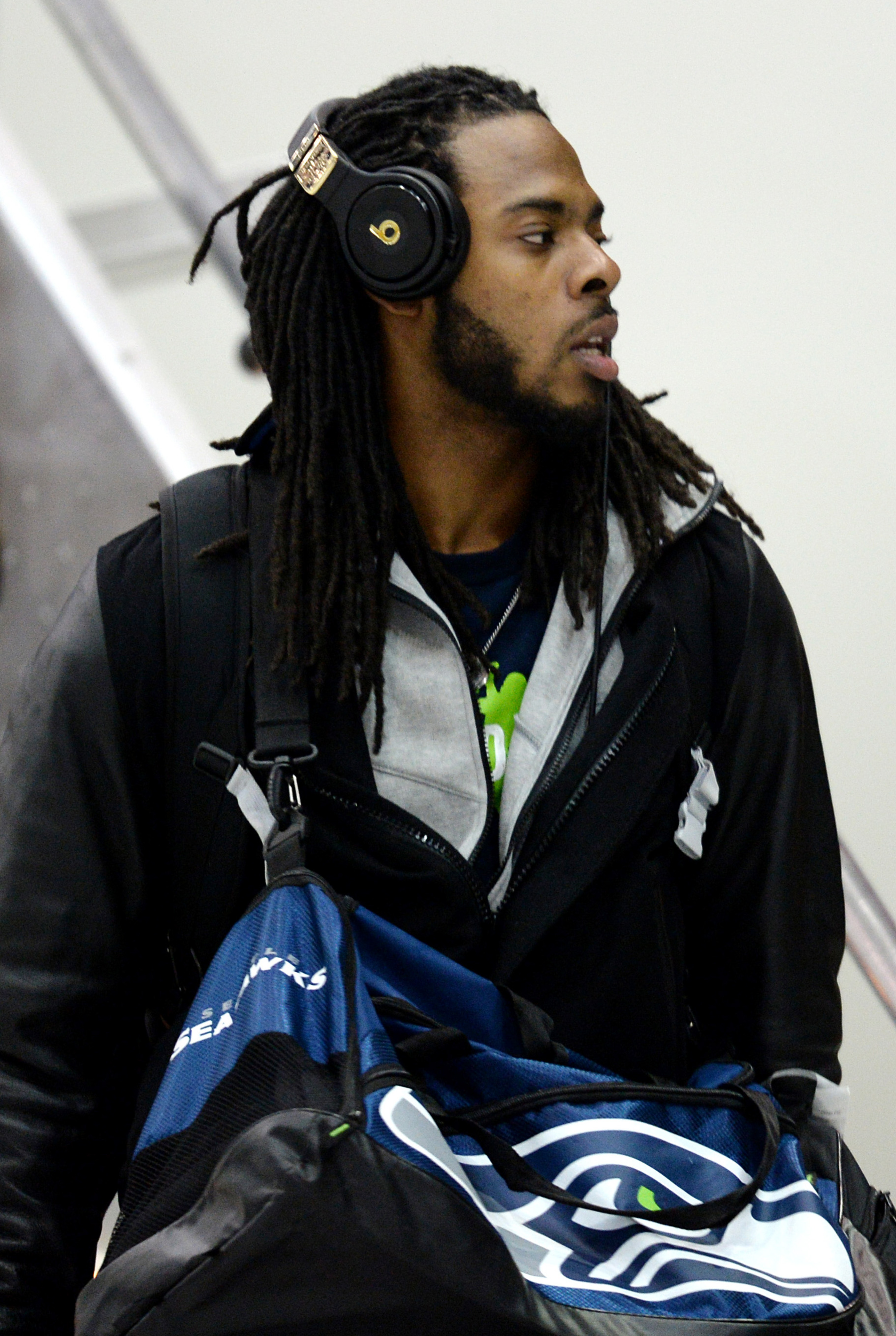 Richard Sherman presents Seahawks teammates with $25K headphones