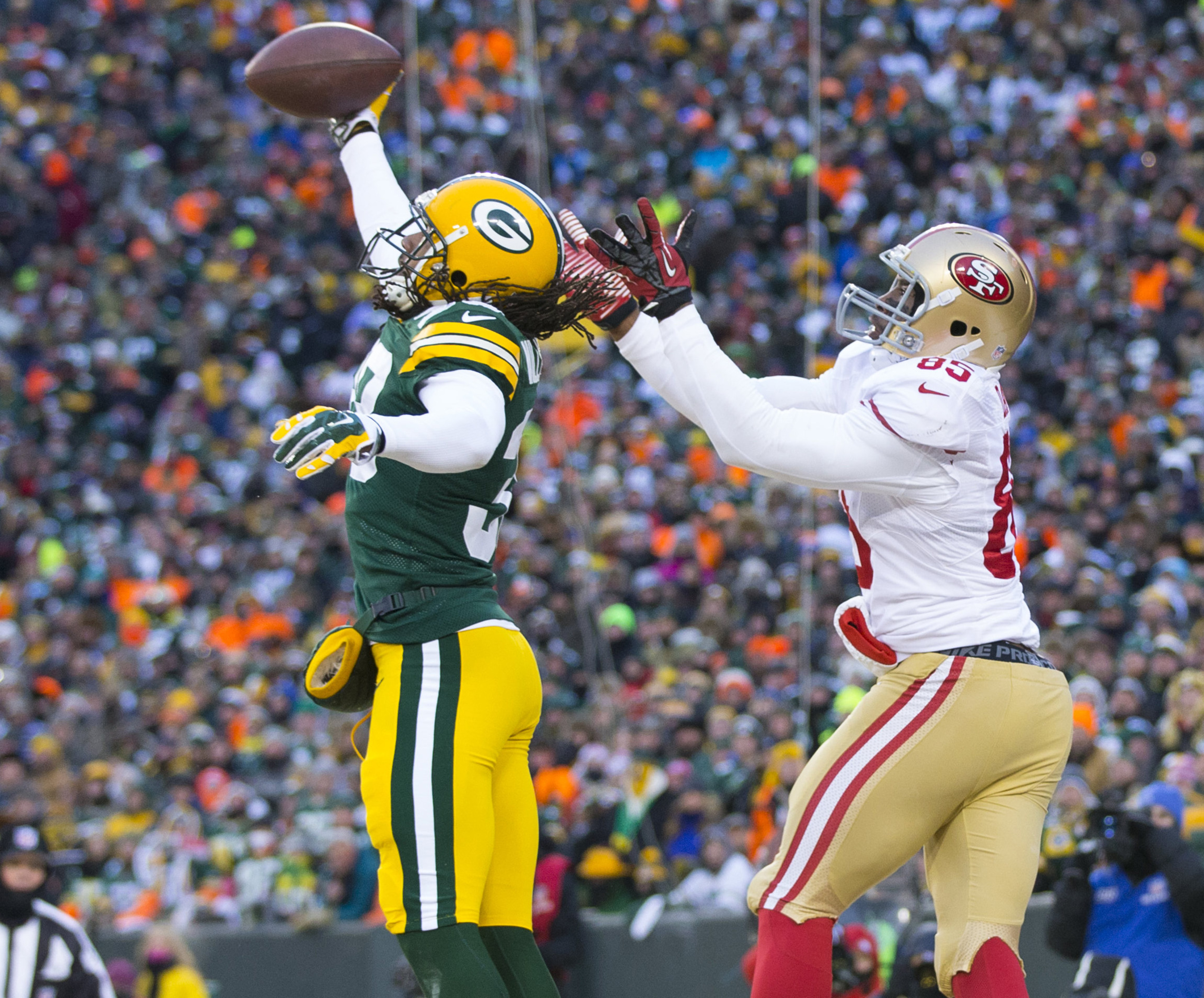 Tramon Williams breaks up a pass in the Packers Wild Card Matchup against San Francisco