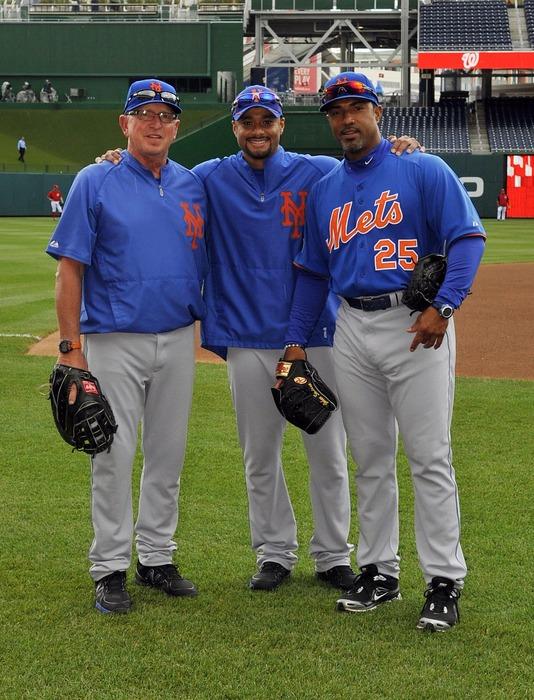 Ricky Bones (right), with Mets pitching coach Dan Warthen and Johan Santana.