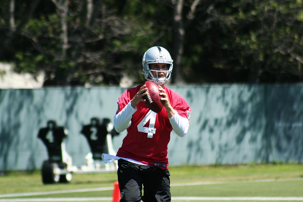 Derek Carr drops back to pass at Raiders' 2014 OTA practice
