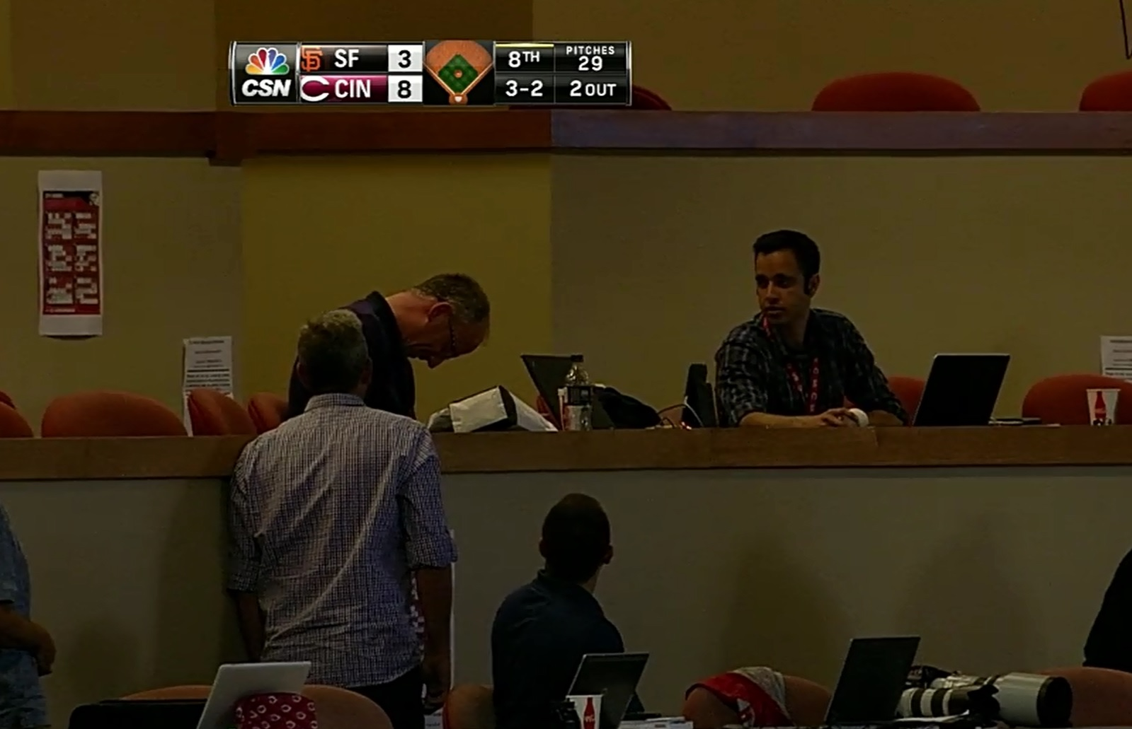 Pablo Sandoval destroys beat reporter's laptop with foul ball